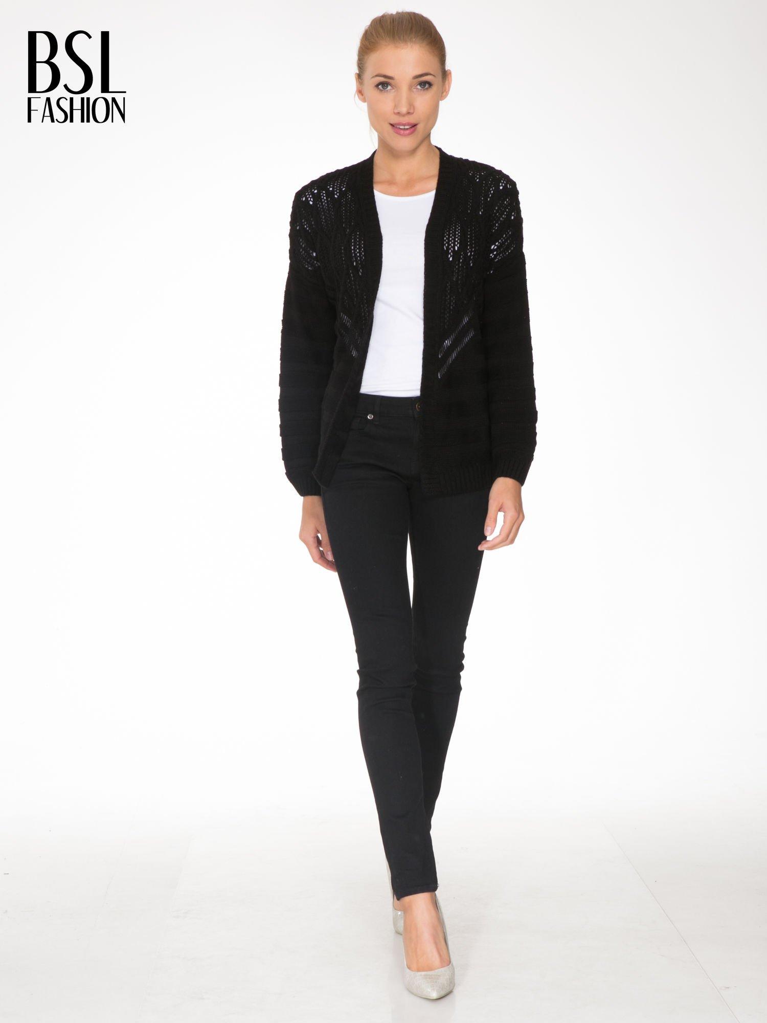 Czarny sweter typu kardigan z ozdobnym ażurowym spoltem                                  zdj.                                  2
