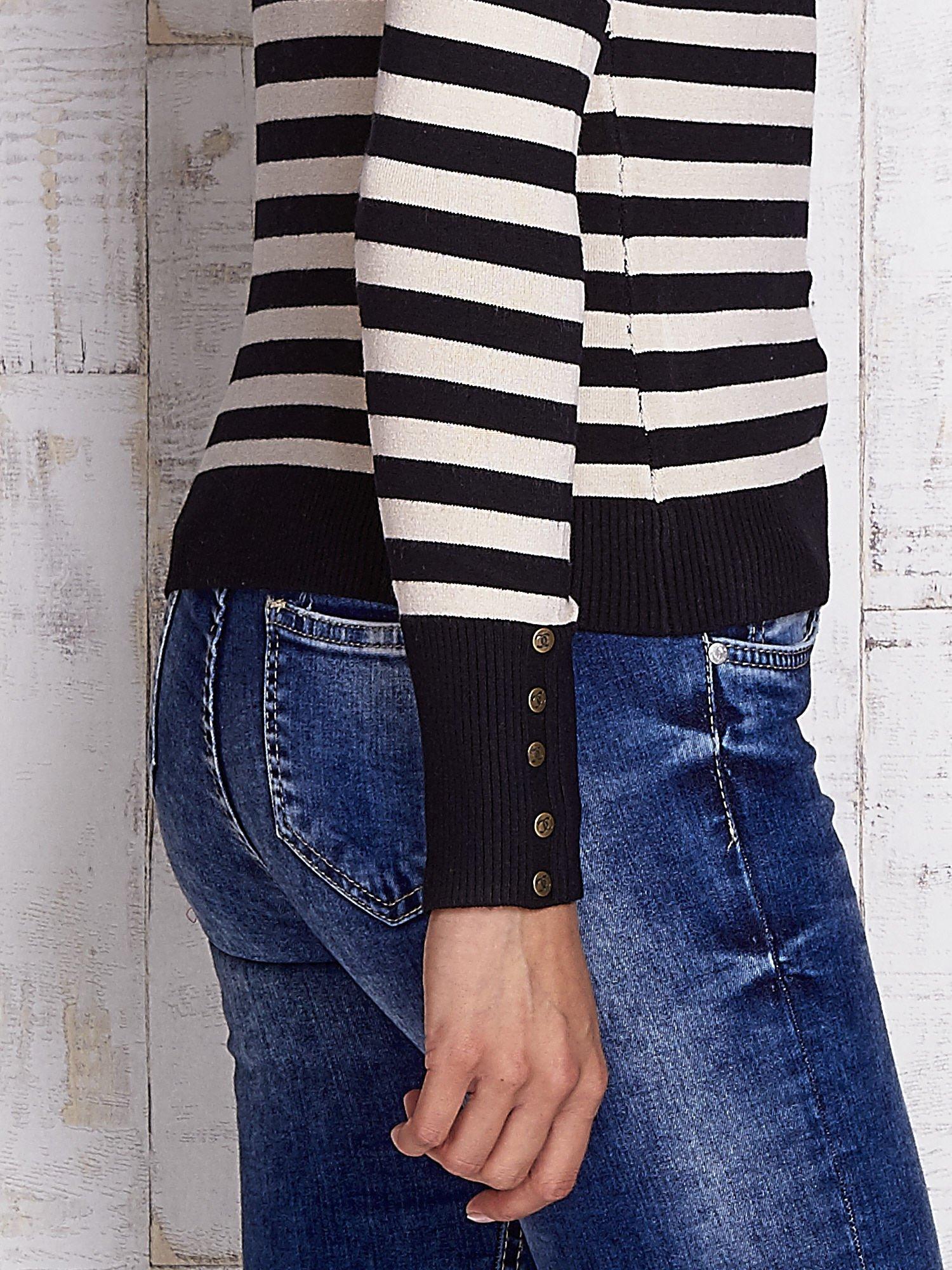Czarny sweter w paski z guzikami przy dekolcie i na rękawach                                  zdj.                                  6