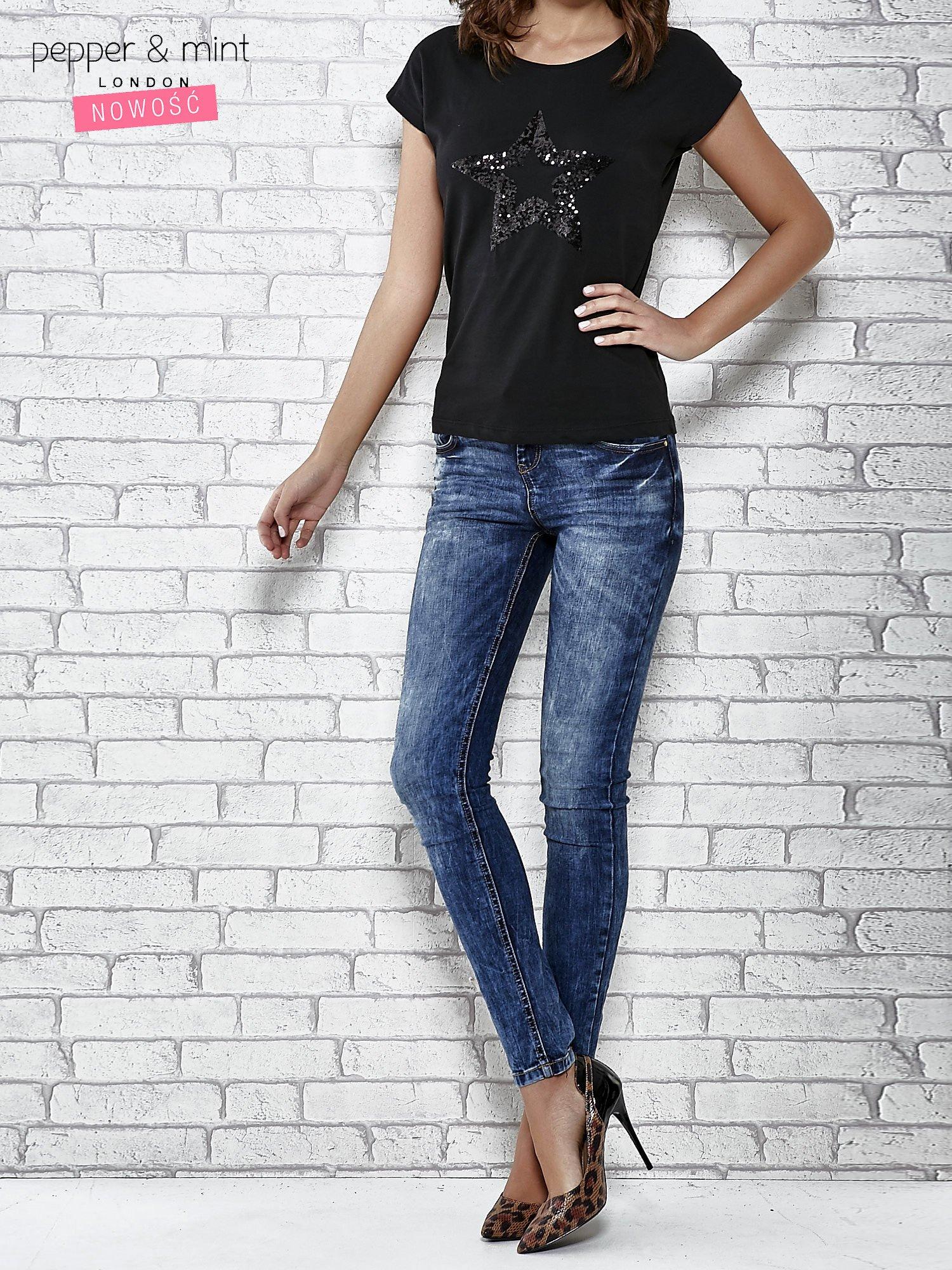 Czarny t-shirt damski z aplikacją gwiazdy z cekinów                                  zdj.                                  2