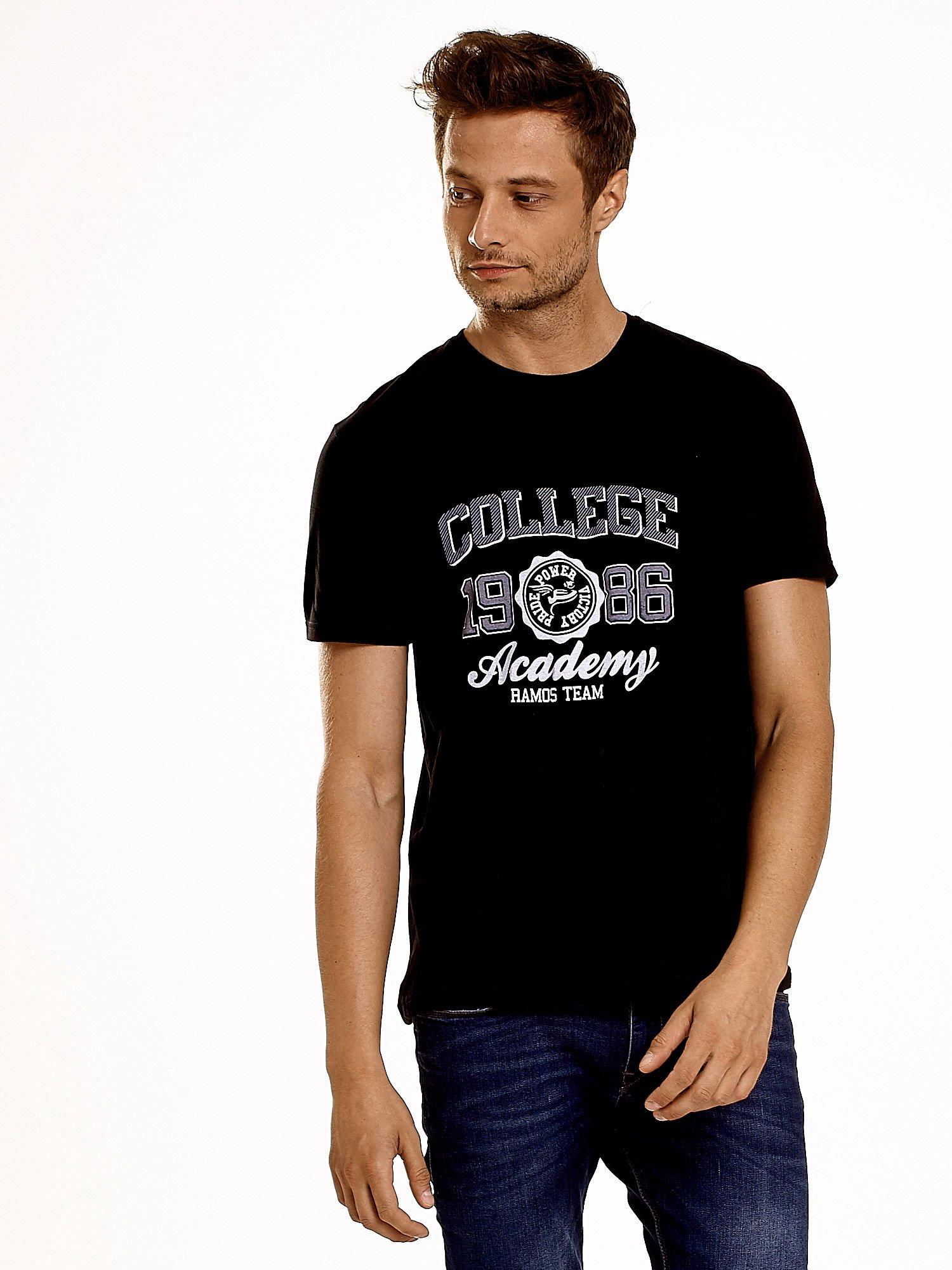 Czarny t-shirt męski z nadrukiem i napisem COLLEGE 1986                                  zdj.                                  1
