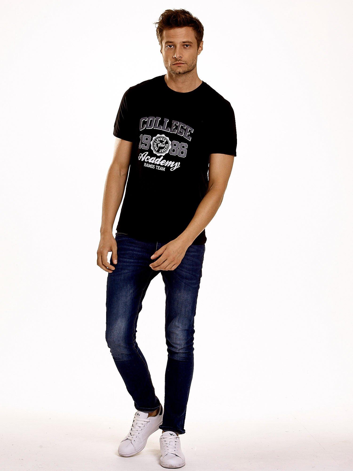 Czarny t-shirt męski z nadrukiem i napisem COLLEGE 1986                                  zdj.                                  2