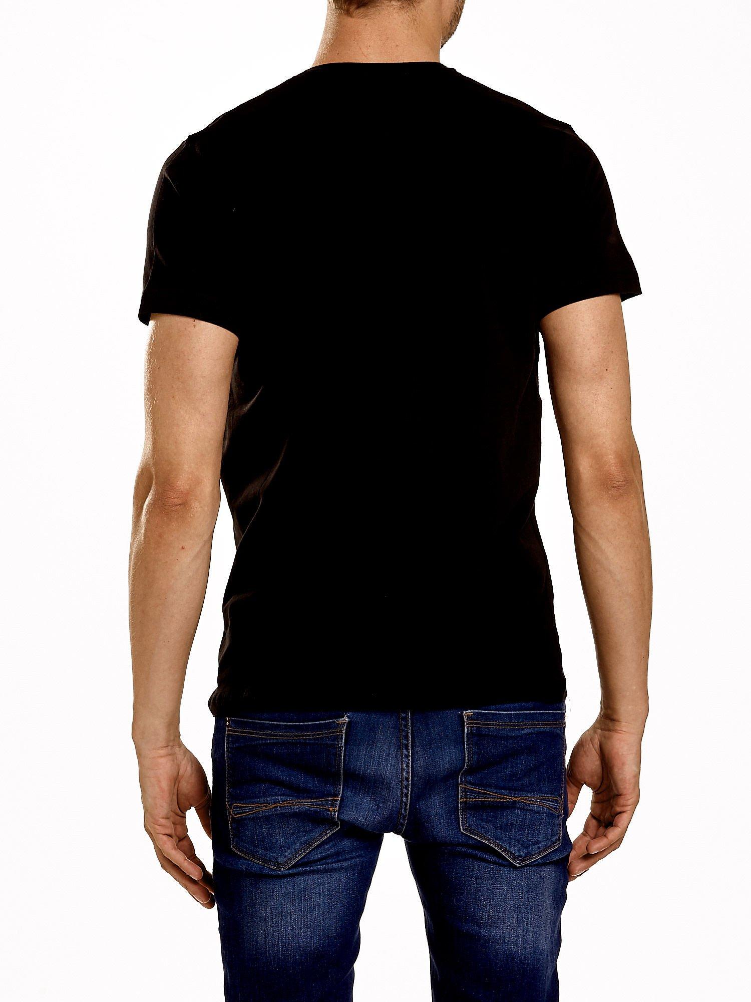 Czarny t-shirt męski z nadrukiem napisów w sportowym stylu                                  zdj.                                  3