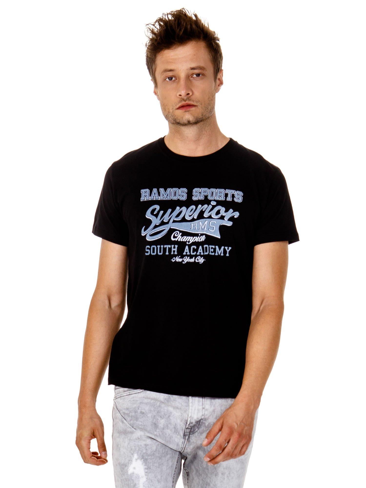 Czarny t-shirt męski ze sportowym nadrukiem i napisem SUPERIOR                                  zdj.                                  2