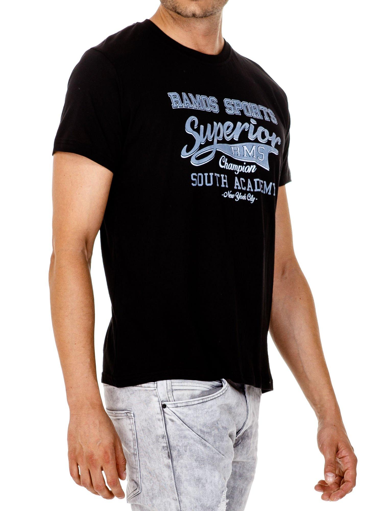 Czarny t-shirt męski ze sportowym nadrukiem i napisem SUPERIOR                                  zdj.                                  4