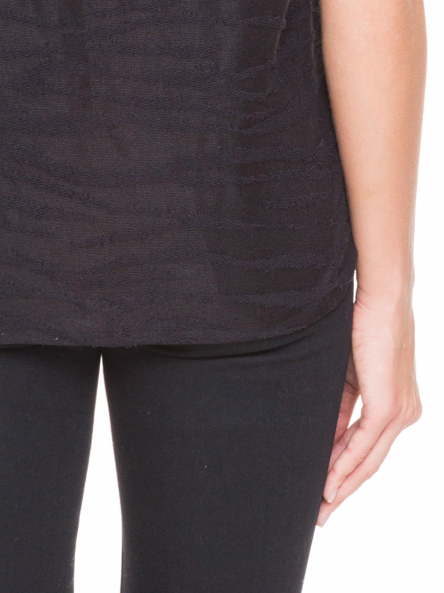 Czarny t-shirt mgiełka we wzór animal print                                  zdj.                                  8