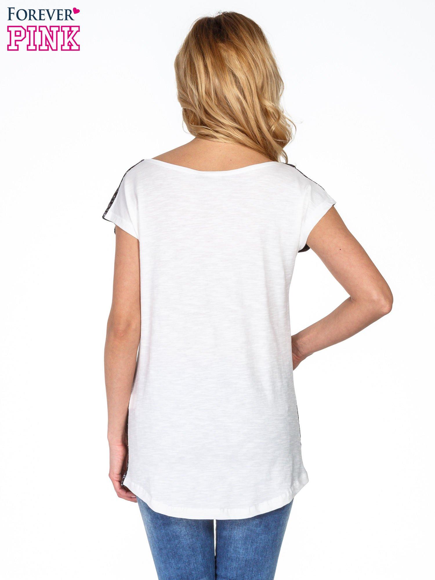 Czarny t-shirt we wzór geometryczny                                  zdj.                                  4