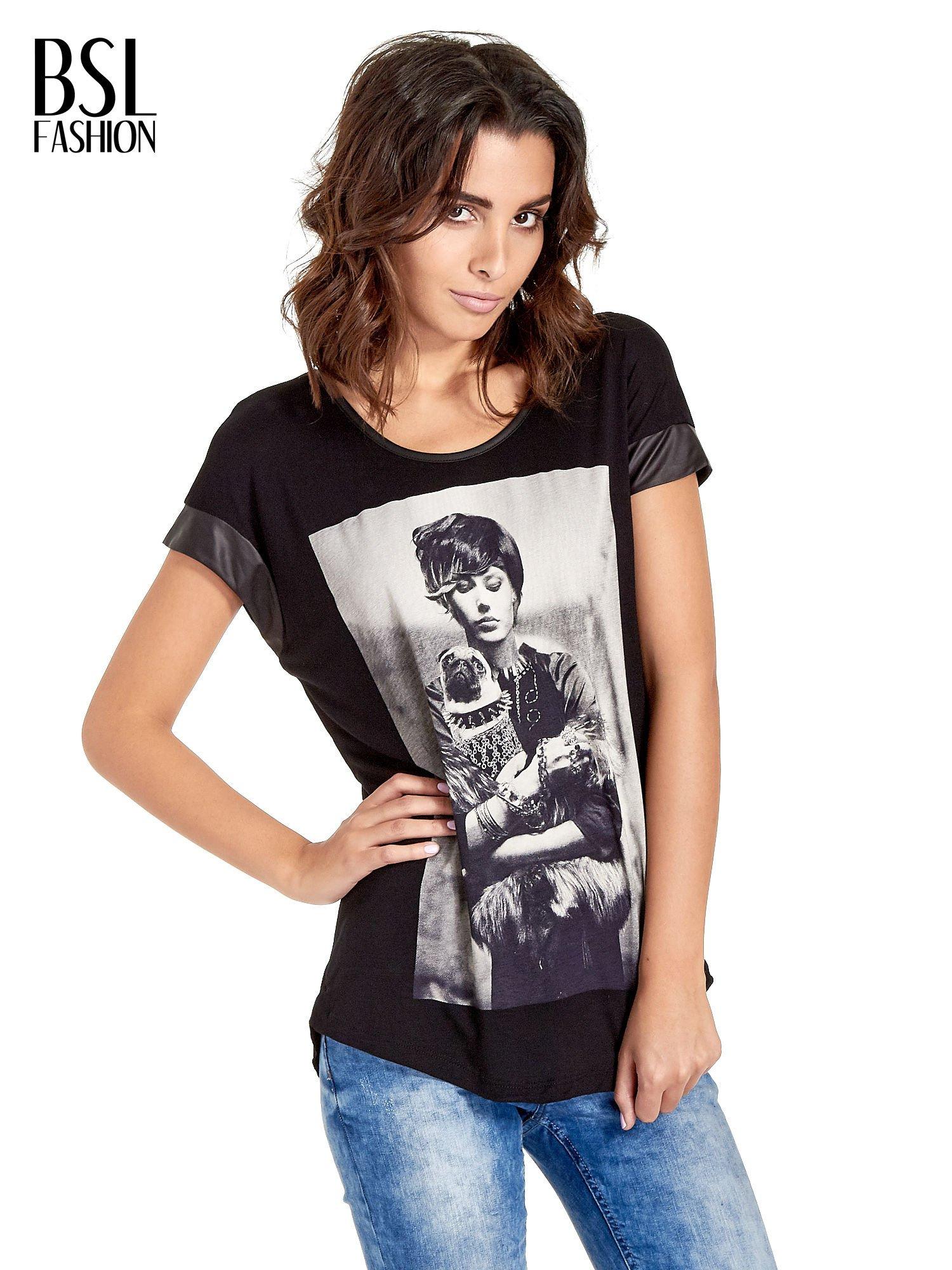 Czarny t-shirt z fotografią w stylu vintage i skórzanymi wstawkami przy rękawach                                  zdj.                                  1