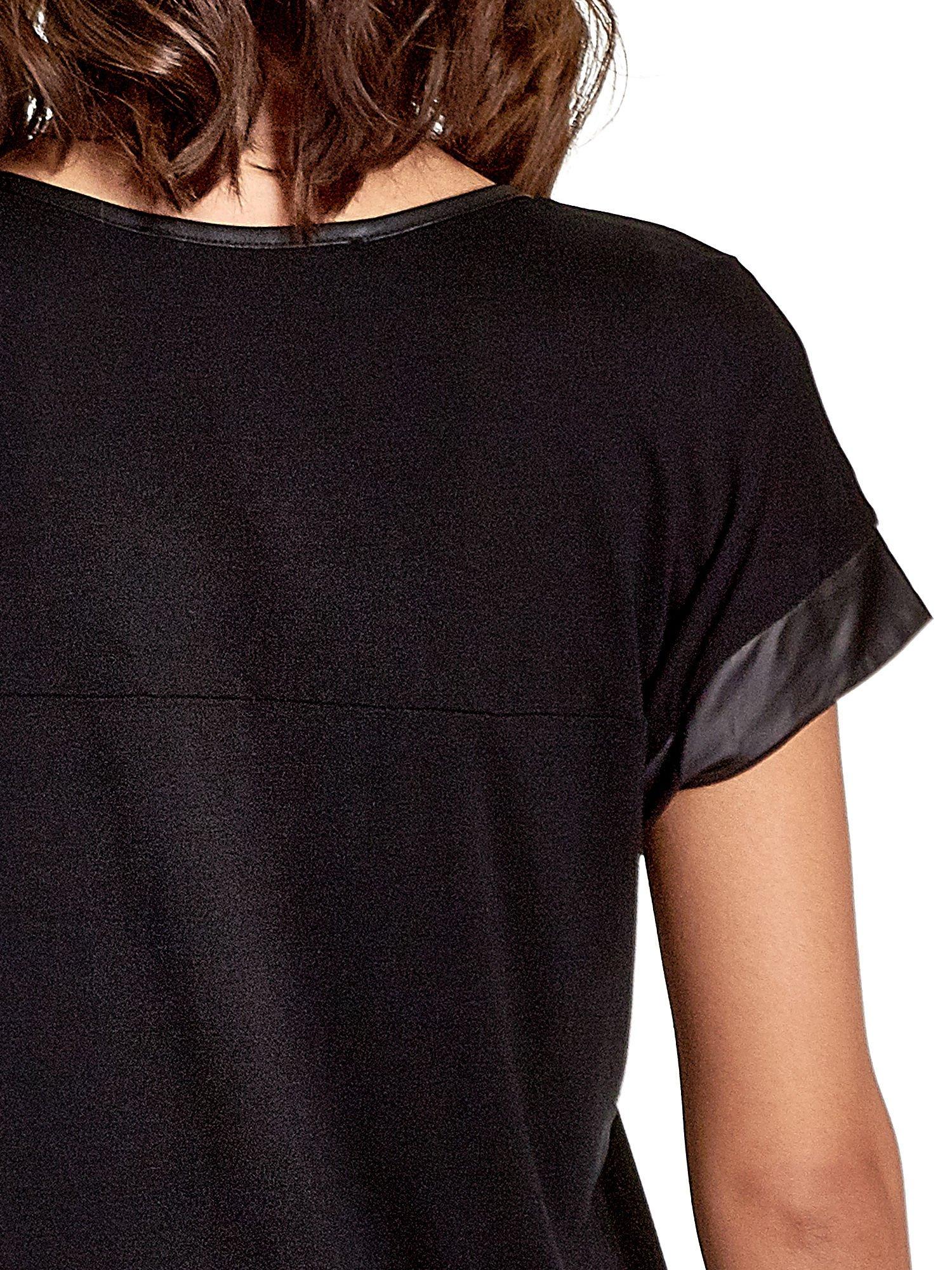 Czarny t-shirt z fotografią w stylu vintage i skórzanymi wstawkami przy rękawach                                  zdj.                                  6