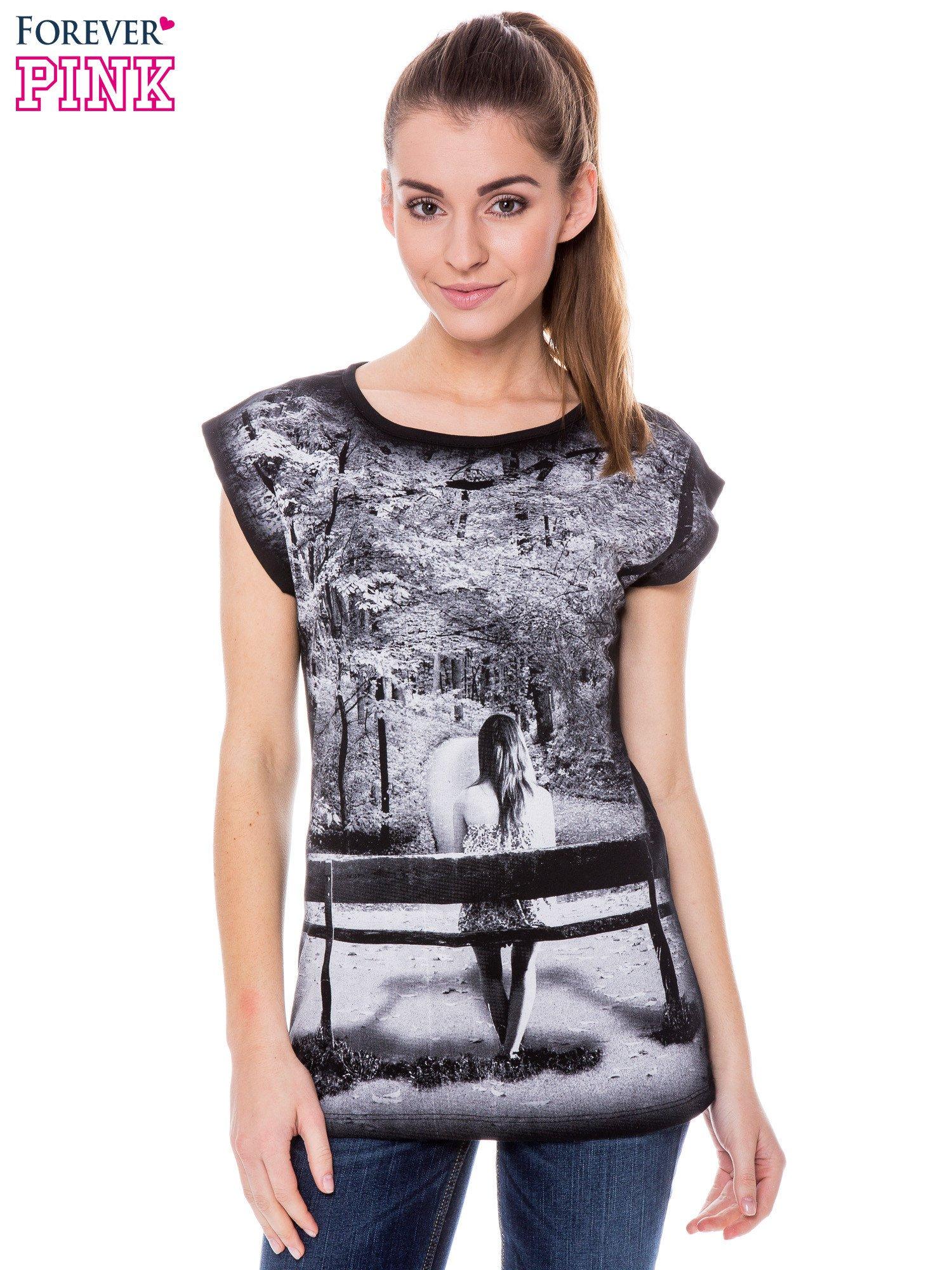 Czarny t-shirt z grafiką krajobrazu                                  zdj.                                  1