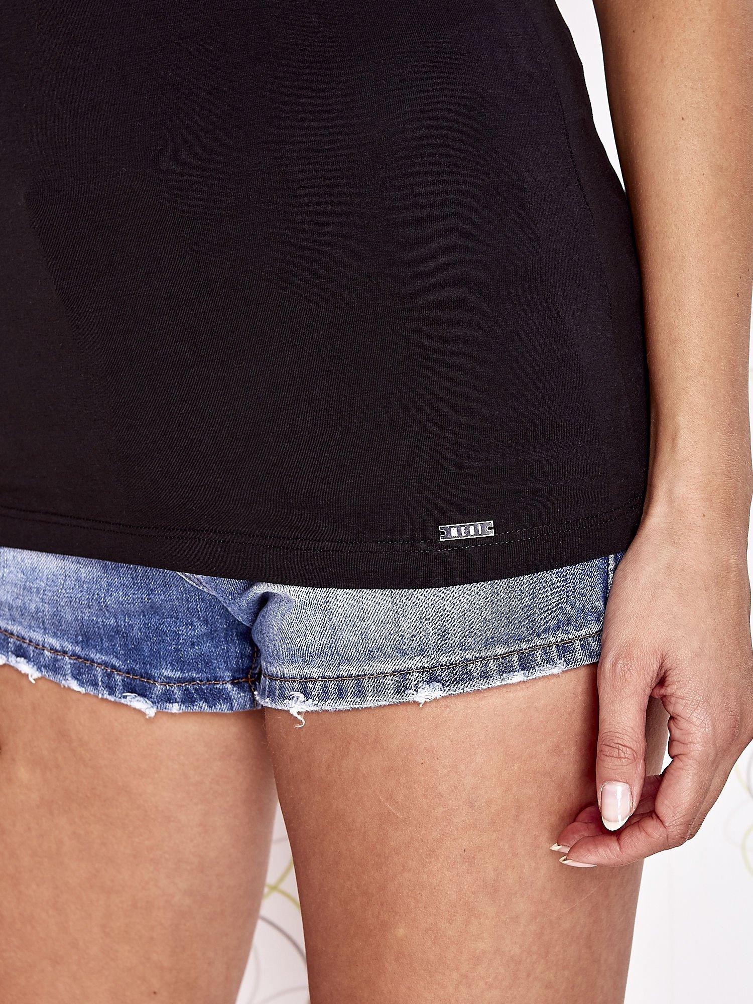 Czarny t-shirt z kieszonką i koronkowym tyłem                                  zdj.                                  6