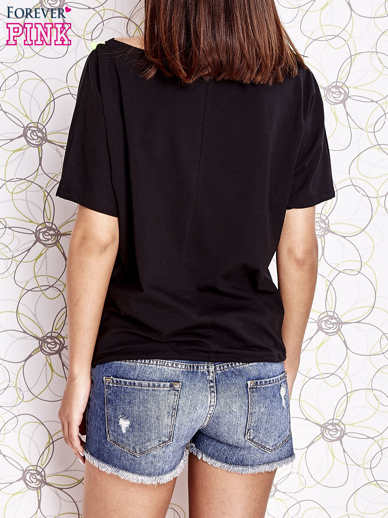 Czarny t-shirt z kolorowymi pomponikami przy dekolcie                                  zdj.                                  4