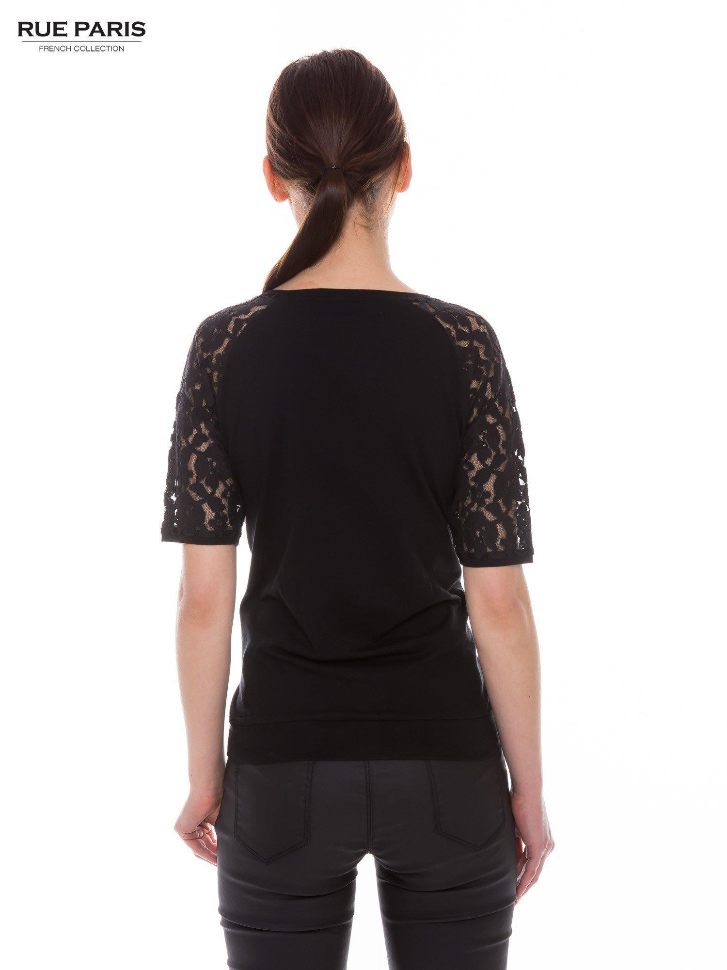 Czarny t-shirt z koronkowymi rękawami długości 3/4                                  zdj.                                  4