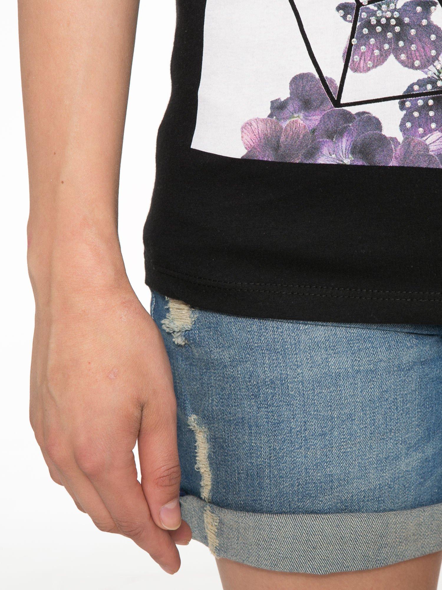 Czarny t-shirt z kwiatowym nadrukiem zdobionym dżetami                                  zdj.                                  6