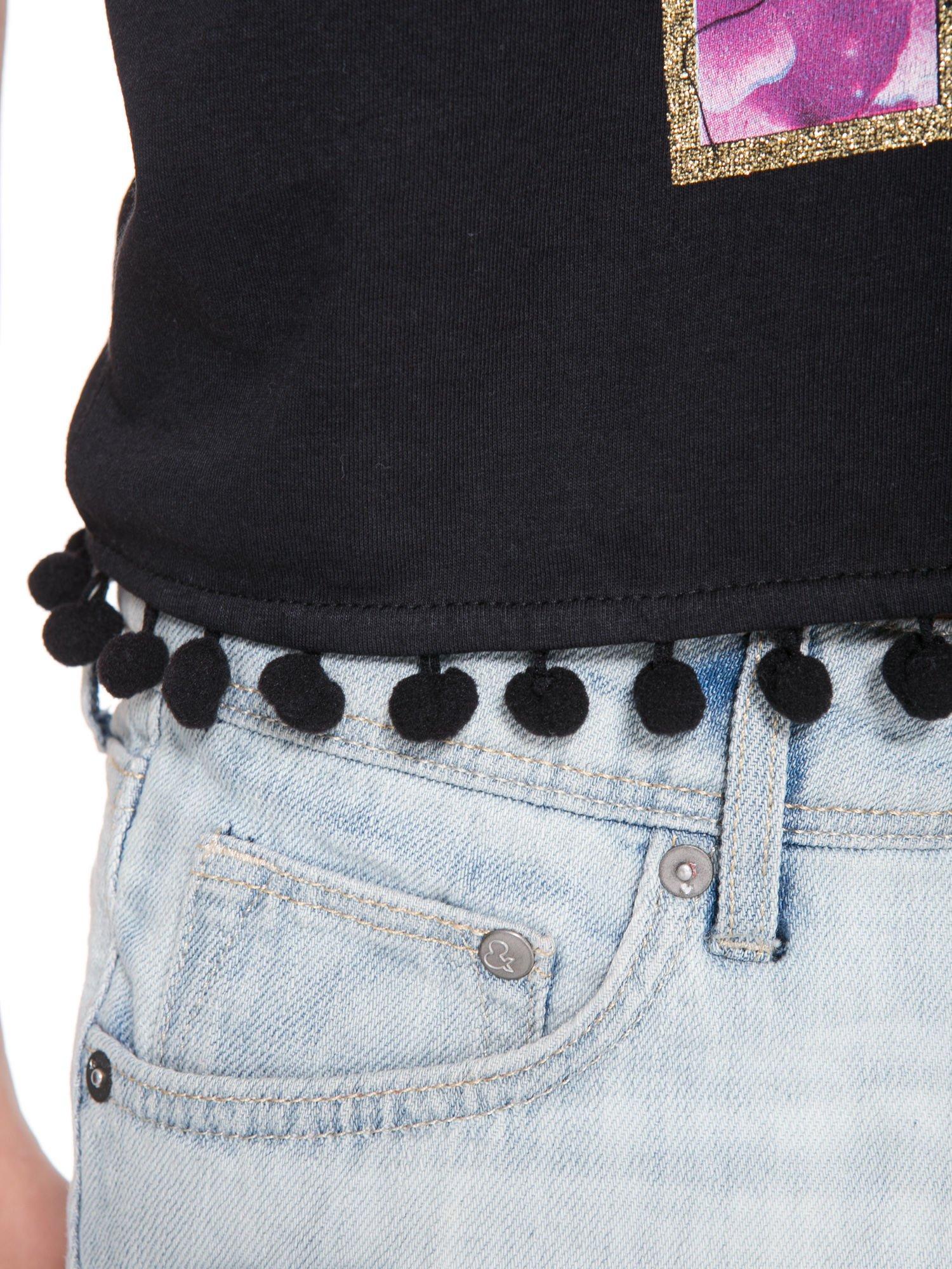 Czarny t-shirt z nadrukiem CUTE i pomponami w stylu etno                                  zdj.                                  9