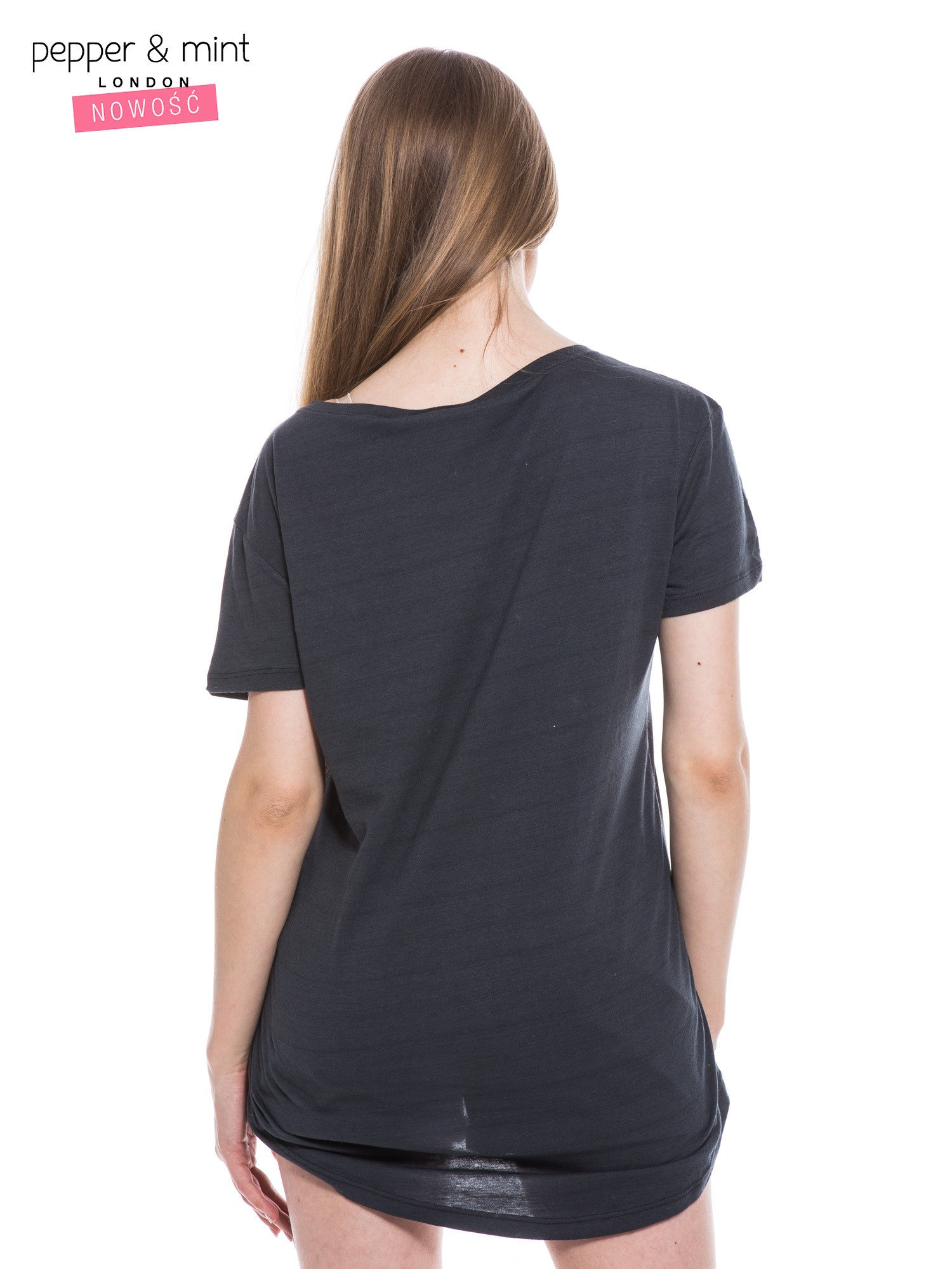 Czarny t-shirt z nadrukiem modelki                                  zdj.                                  3