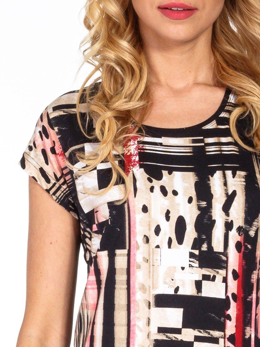 Czarny t-shirt z nadrukiem patchworkowym                                  zdj.                                  5