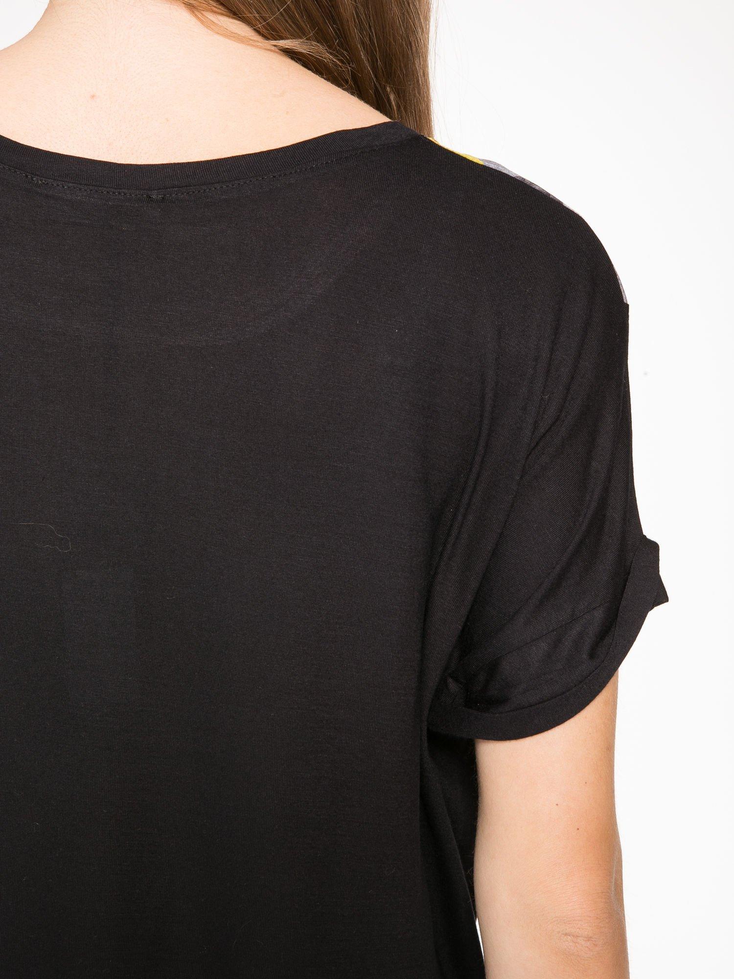 Czarny t-shirt z nadrukiem wilka i wydłużanym tyłem                                  zdj.                                  10