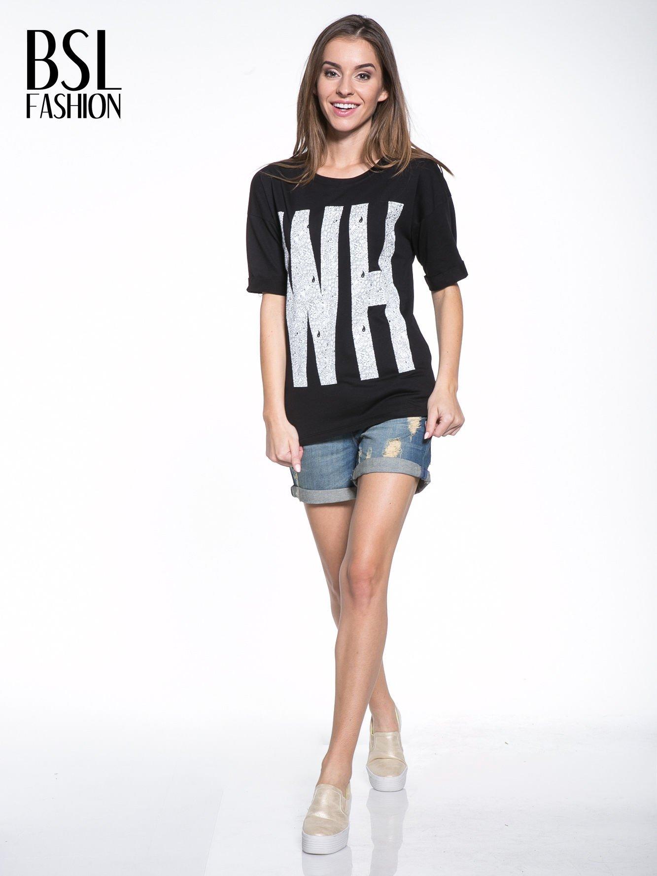 Czarny t-shirt z nadukiem WHY? z przodu i na plecach                                  zdj.                                  5