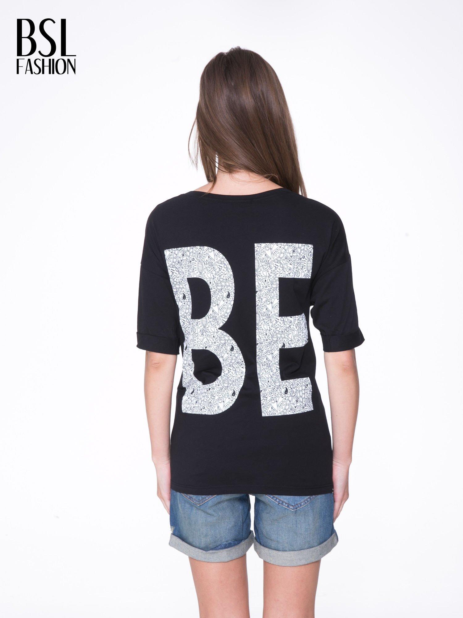 Czarny t-shirt z nadukiem WIBE z przodu i na plecach                                  zdj.                                  5
