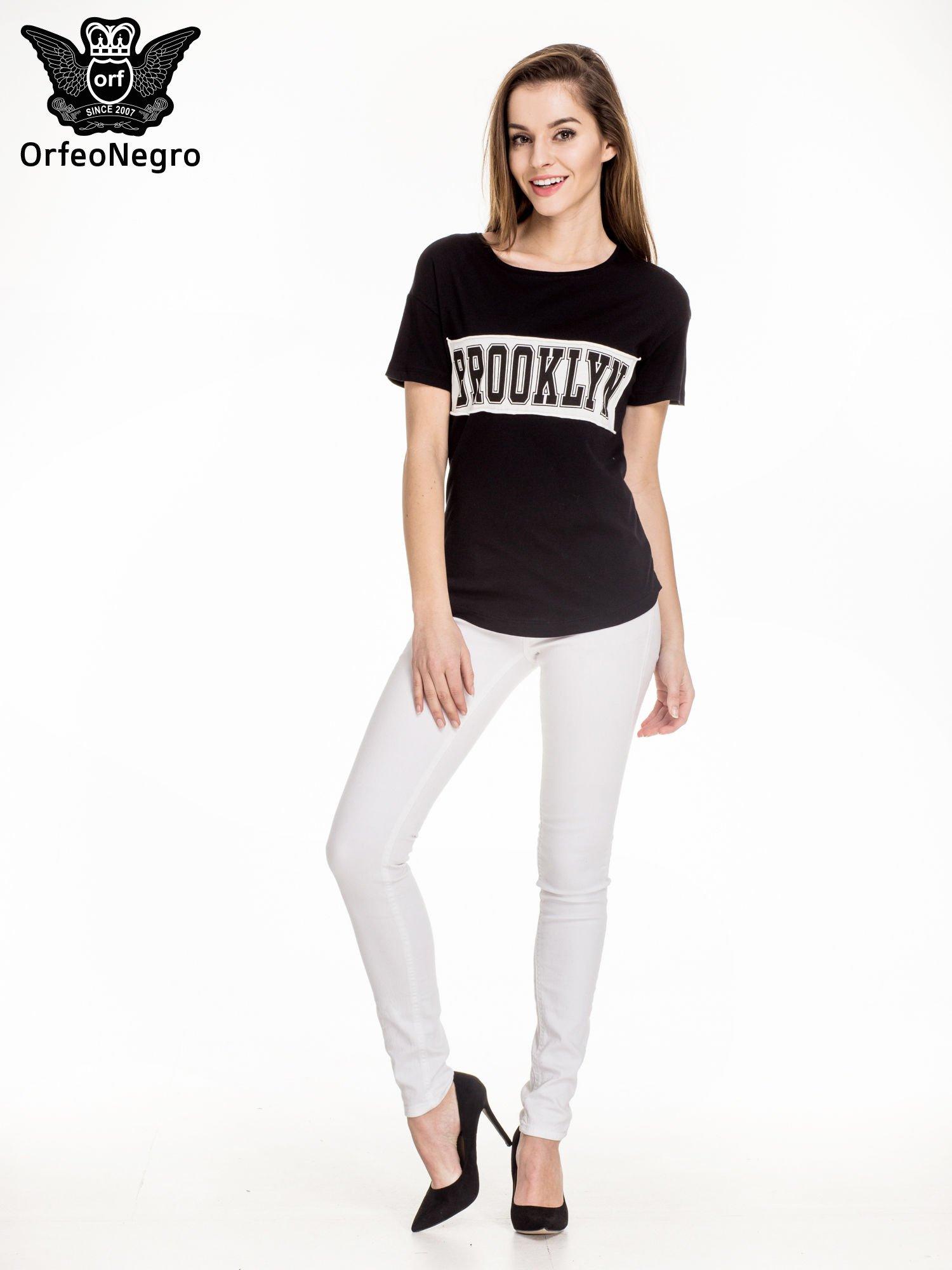 Czarny t-shirt z napisem BROOKLYN                                  zdj.                                  2