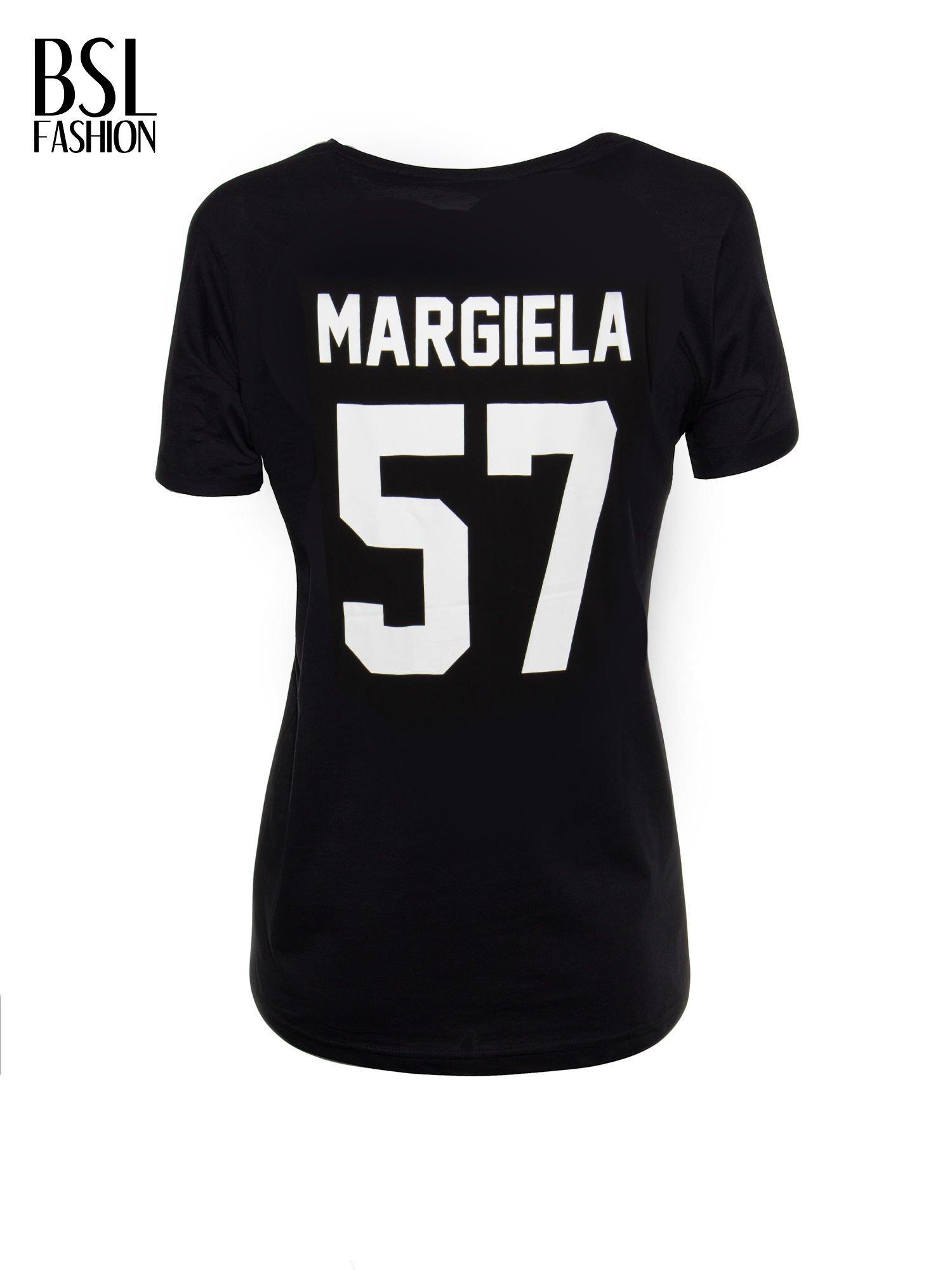 Czarny t-shirt z napisem MARGIELA 47 na plecach                                  zdj.                                  3