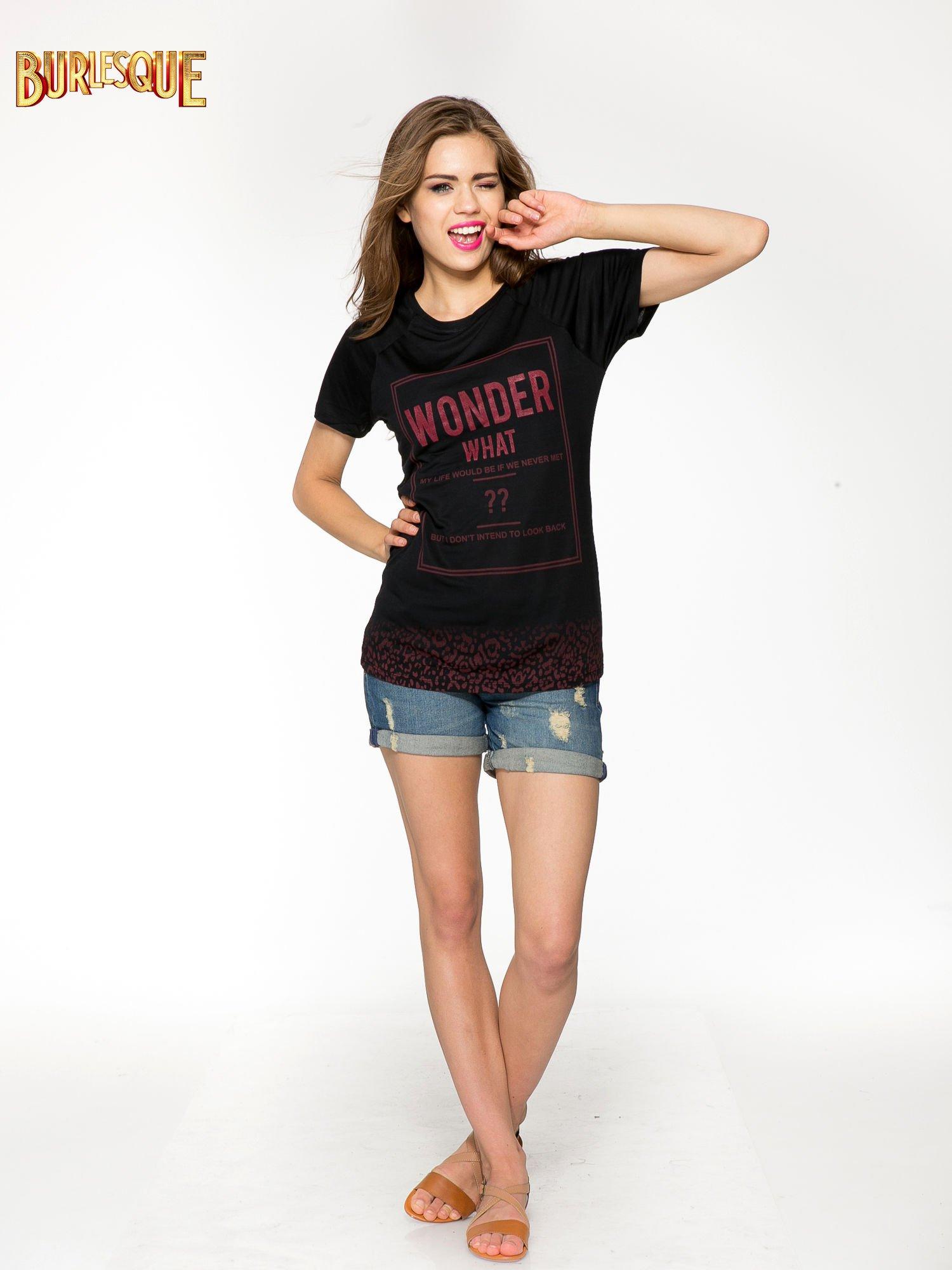 Czarny t-shirt z napisem WONDER WHAT?                                  zdj.                                  2