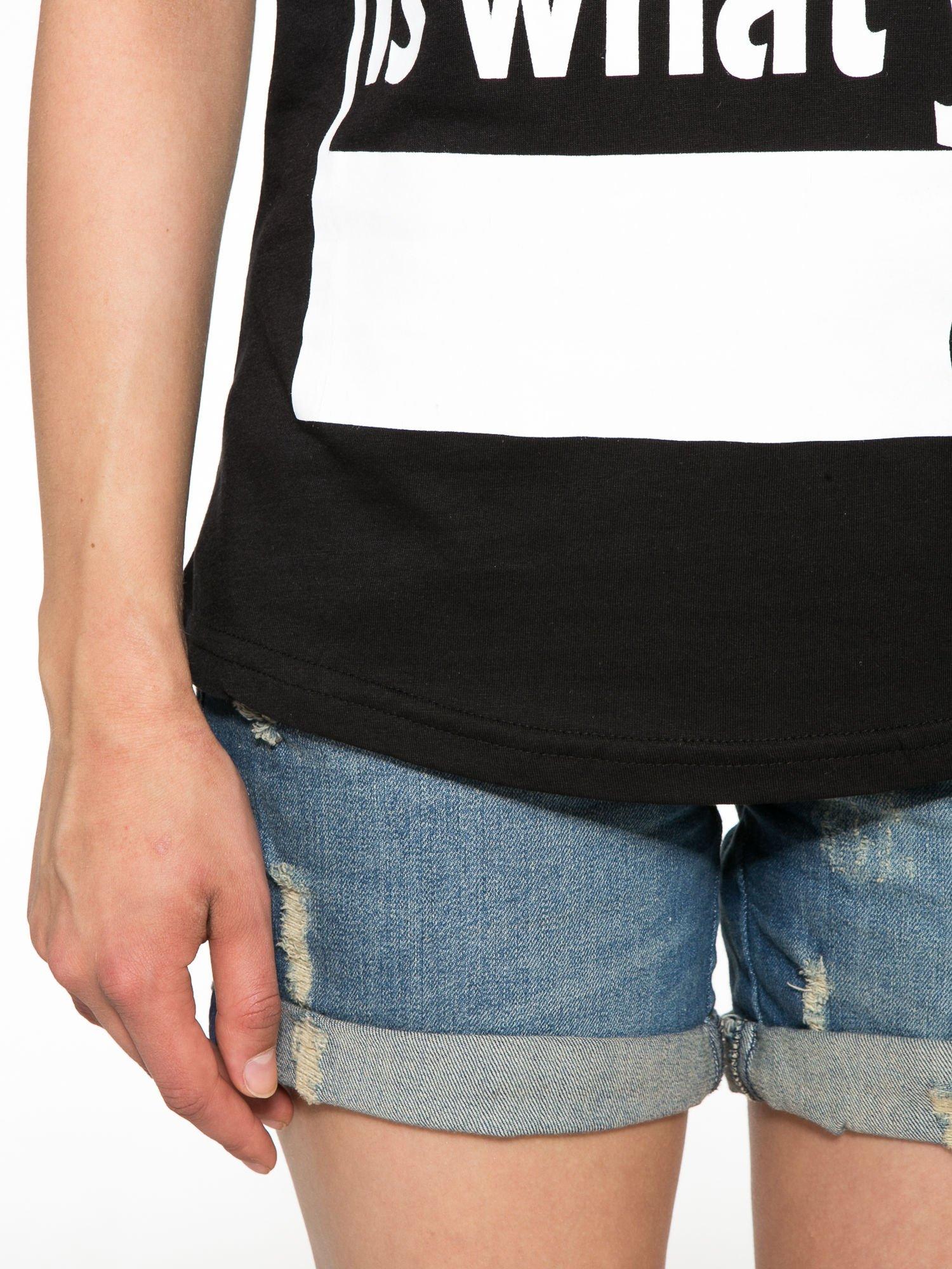 Czarny t-shirt z napisem i siateczkowymi rękawami                                  zdj.                                  6
