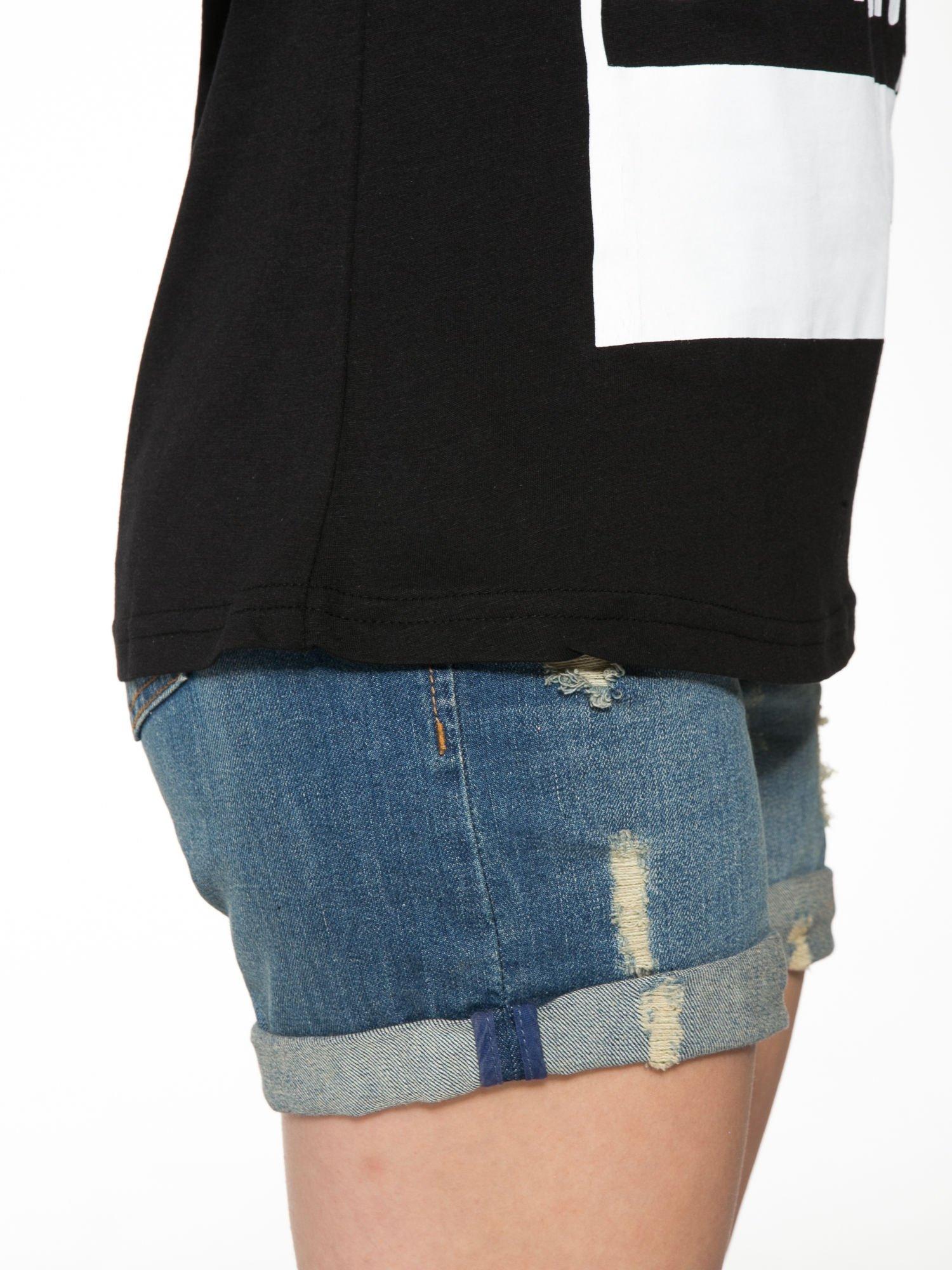 Czarny t-shirt z napisem i siateczkowymi rękawami                                  zdj.                                  9