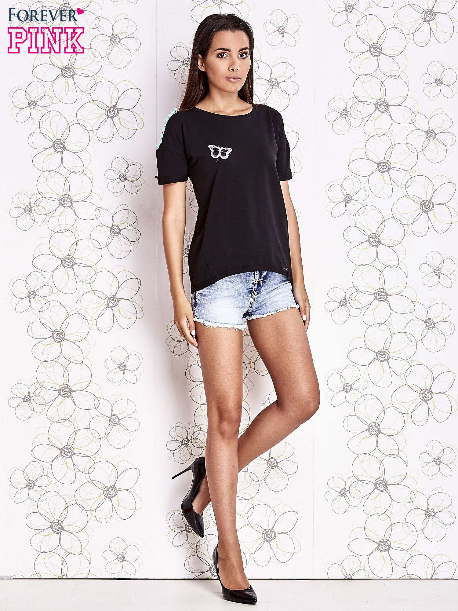 Czarny t-shirt z naszywką motyla i pomponami                                  zdj.                                  2