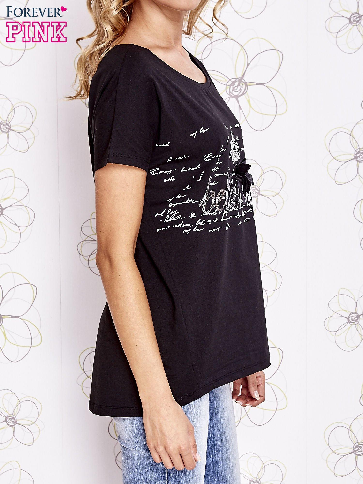 Czarny t-shirt z ozdobnym napisem i kokardą                                  zdj.                                  3