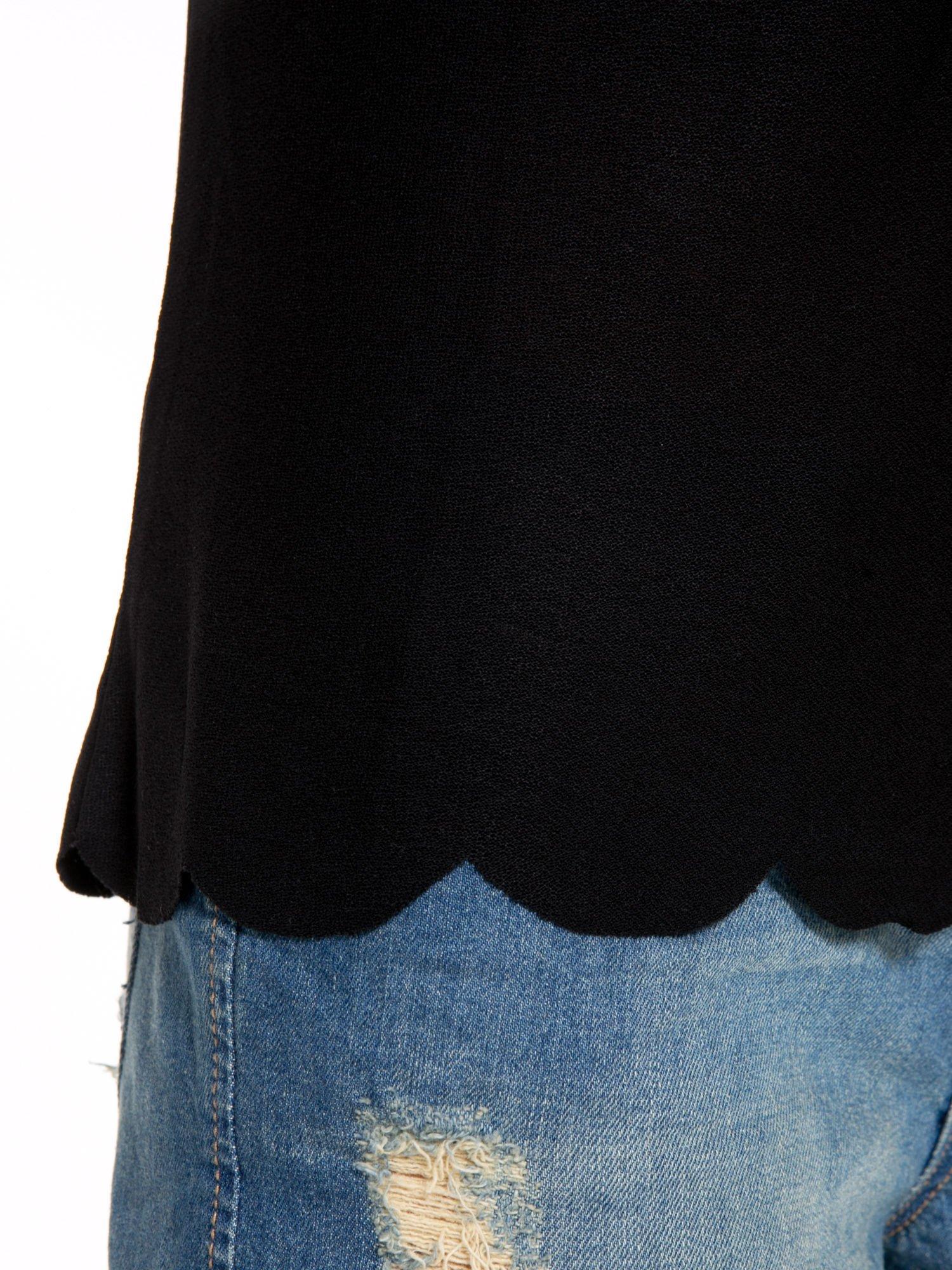 Czarny t-shirt z ozdobnym wykończeniem                                  zdj.                                  7