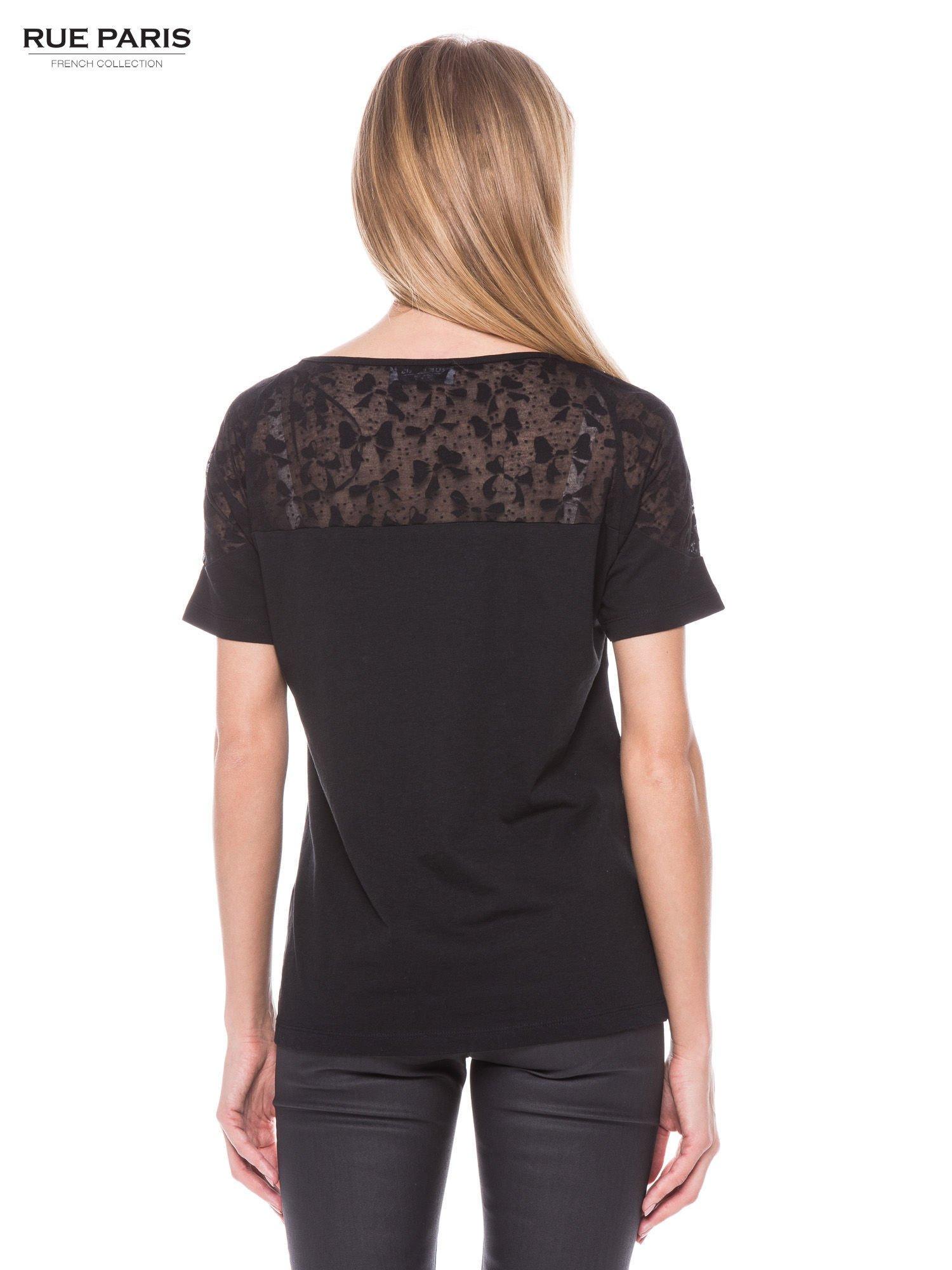Czarny t-shirt z transparentną górą w kokardki                                  zdj.                                  3