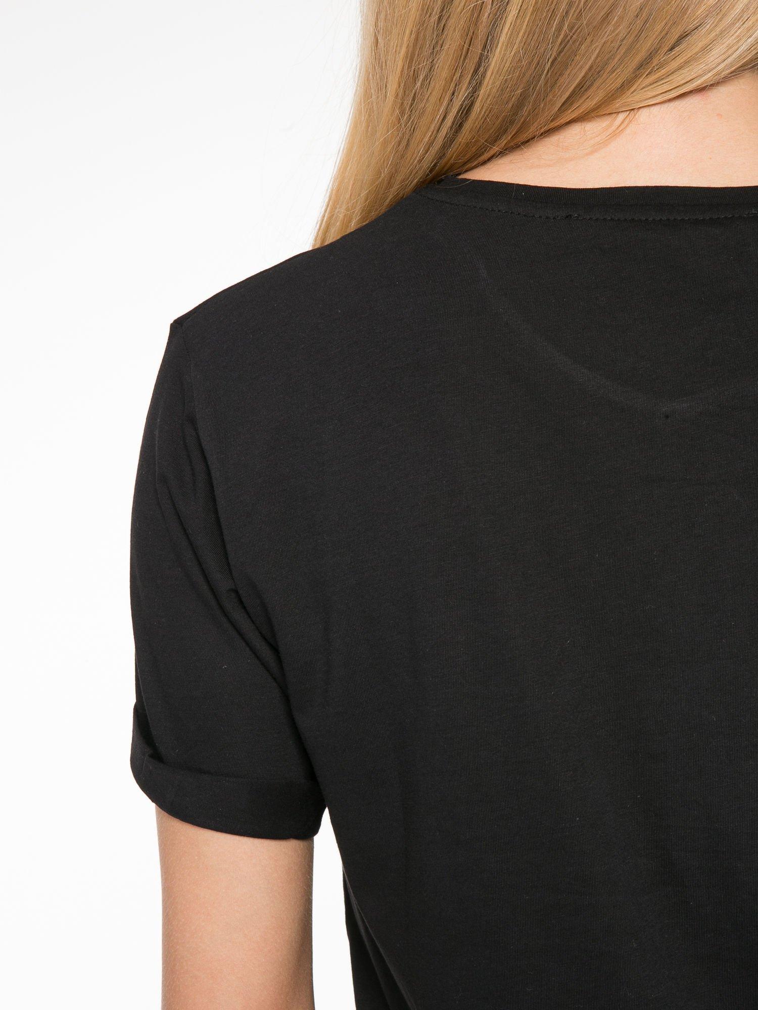 Czarny t-shirt ze złotym napisem SWEAR ON CHANEL                                  zdj.                                  6
