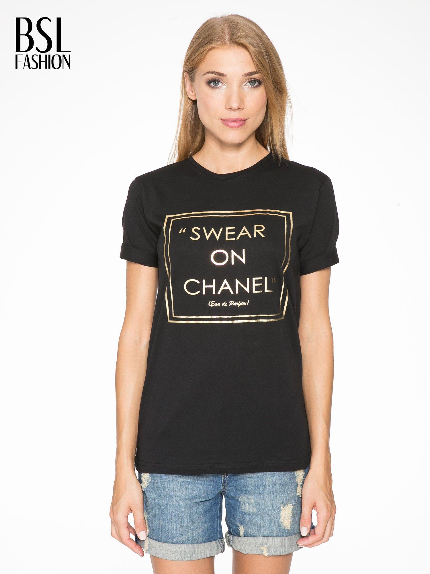 Czarny t-shirt ze złotym napisem SWEAR ON CHANEL                                  zdj.                                  1