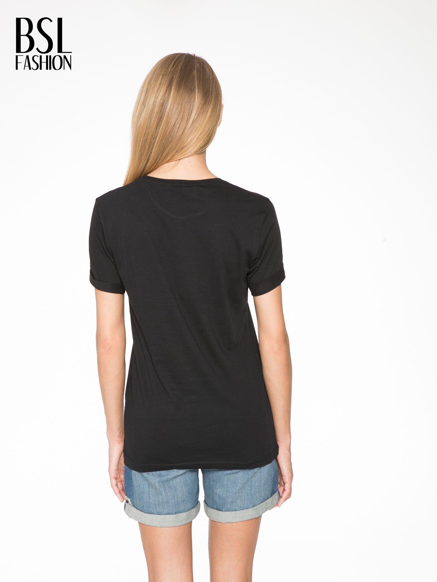 Czarny t-shirt ze złotym napisem SWEAR ON CHANEL                                  zdj.                                  4