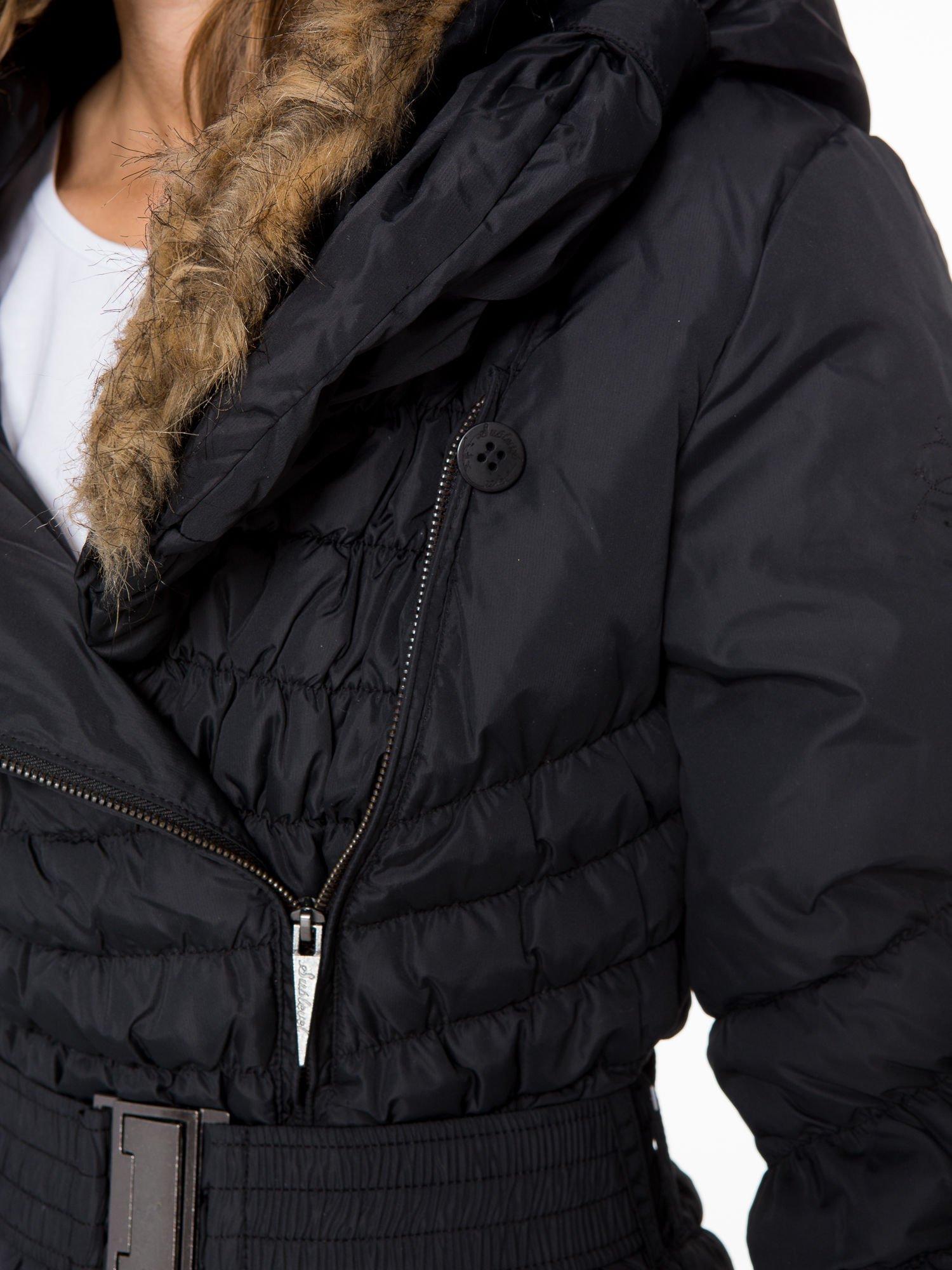Czarny taliowany puchowy płaszcz z futrzanym kapturo-kołnierzem                                  zdj.                                  11