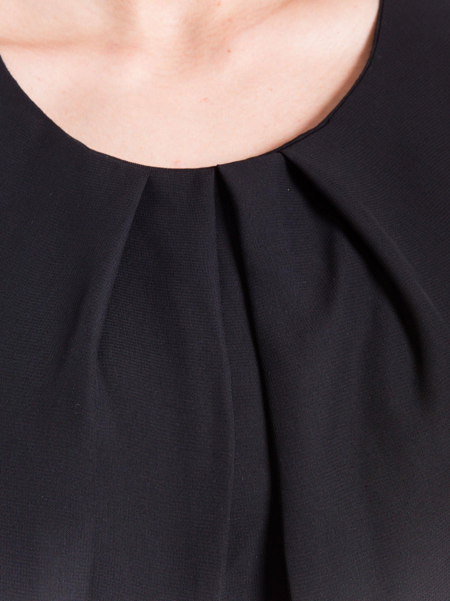 Czarny zwiewny t-shirt z plisami na dekolcie                                  zdj.                                  4