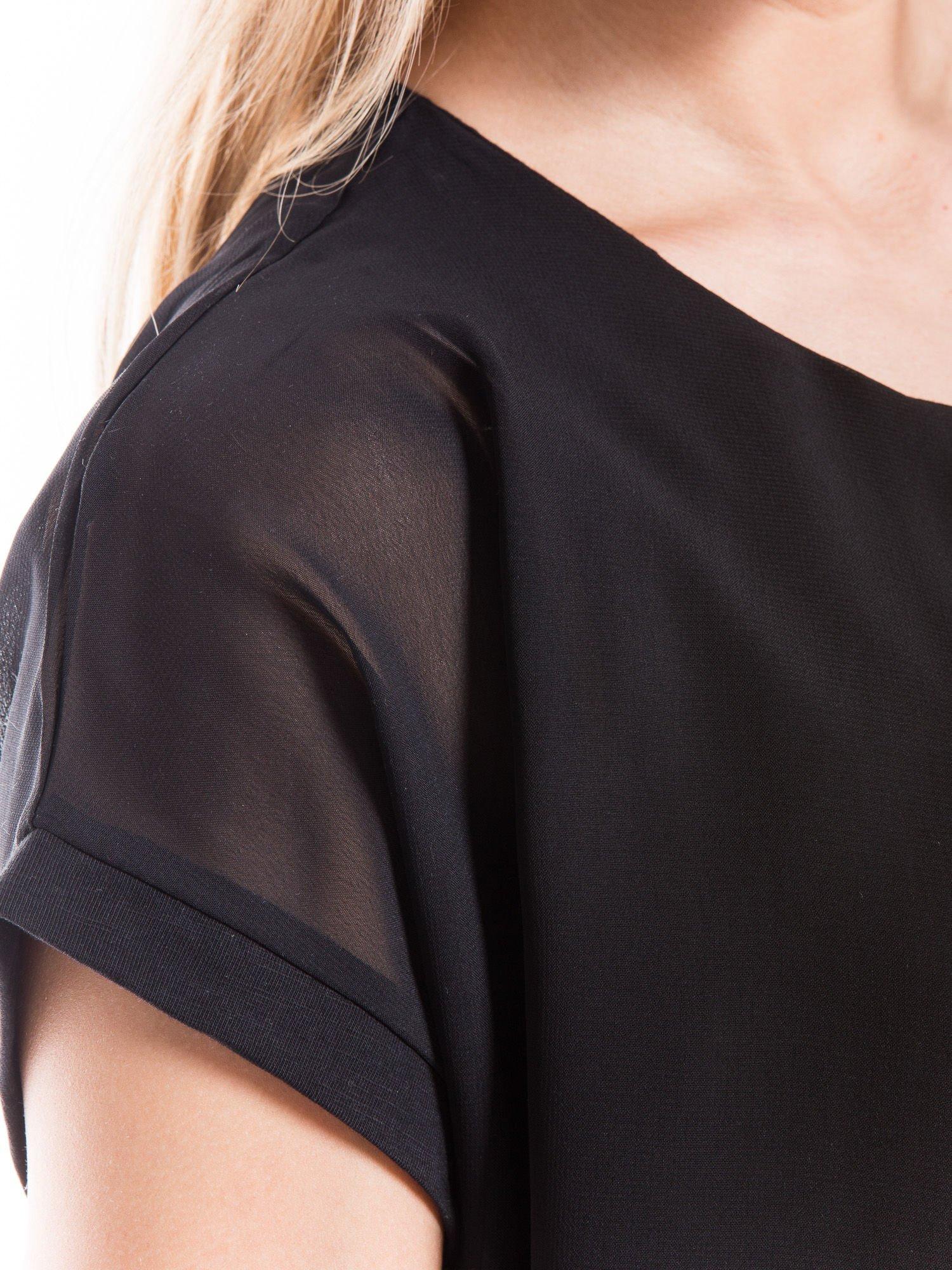 Czarny zwiewny t-shirt z plisami na dekolcie                                  zdj.                                  5