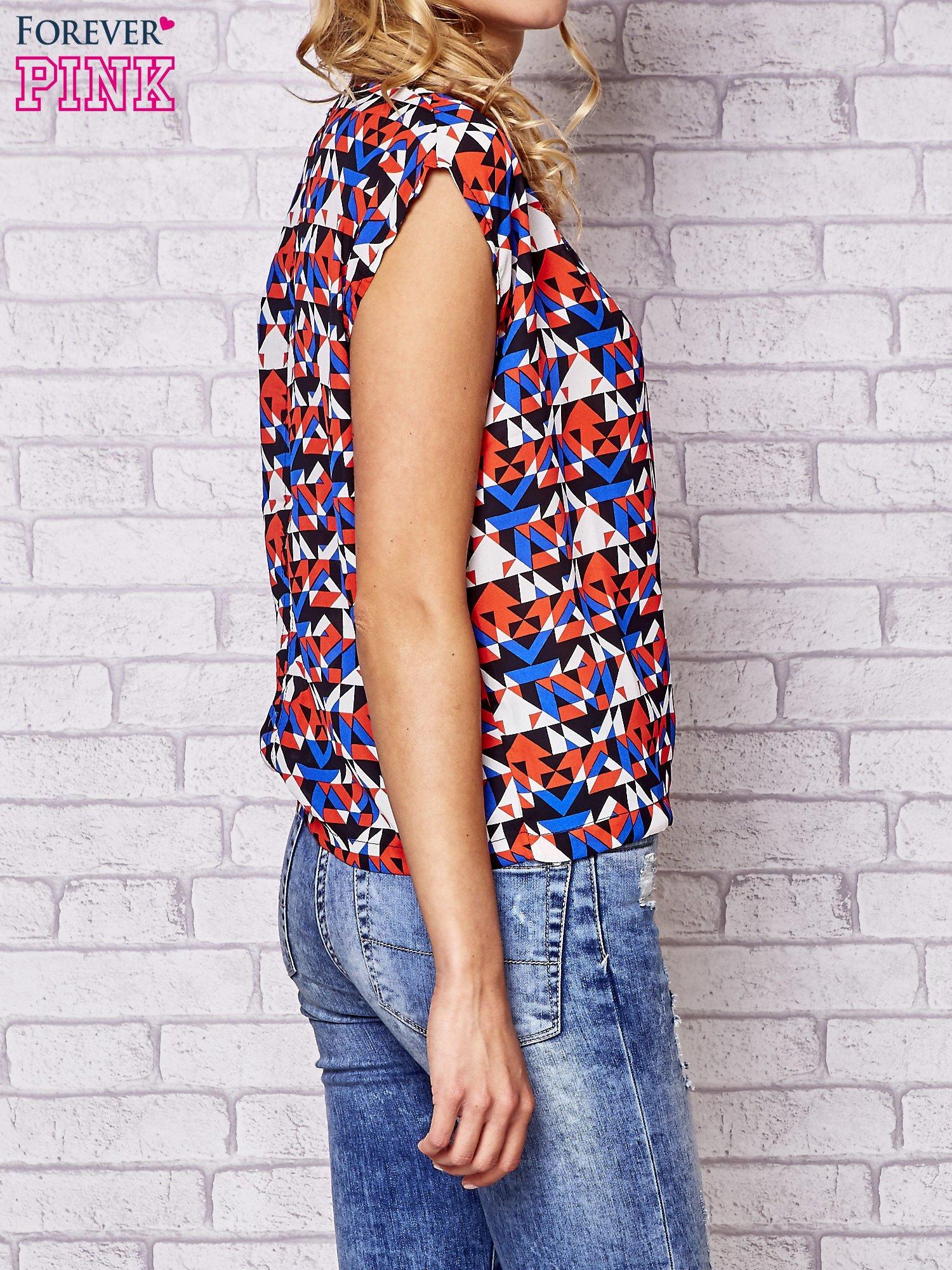 Czerwona bluzka koszulowa z nadrukiem geometrycznym                                  zdj.                                  4
