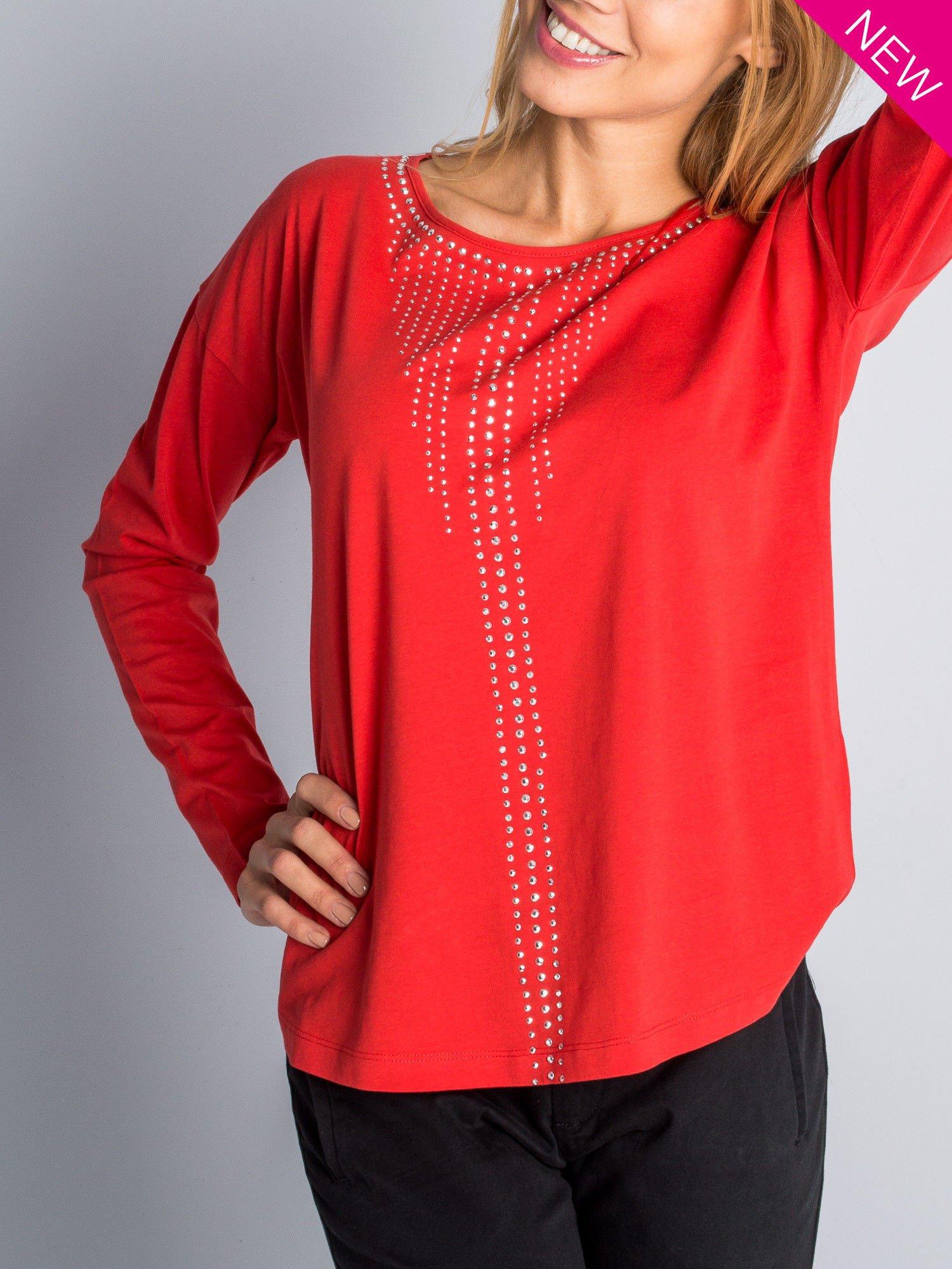 Czerwona bluzka z aplikacją z dżetów z przodu                                  zdj.                                  2