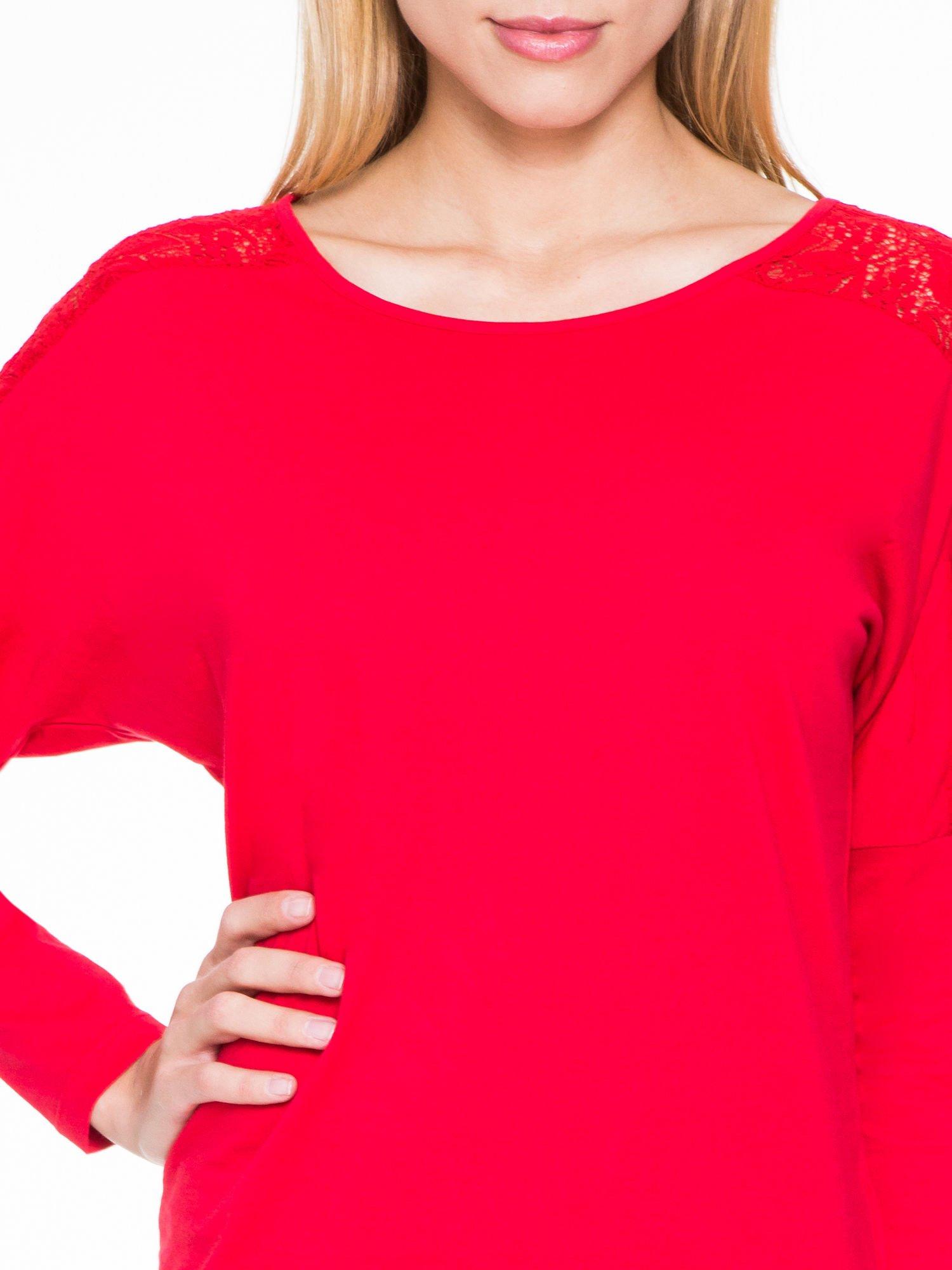 Czerwona bluzka z koronkową wstawką na rękawach i z tyłu                                  zdj.                                  5