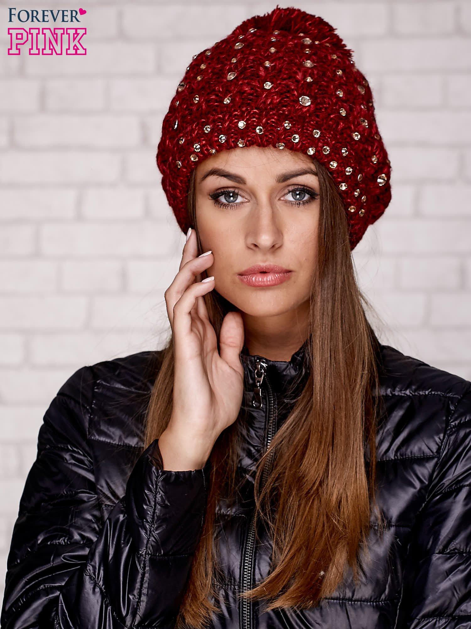Czerwona czapka z pomponem i dżetami                                  zdj.                                  2