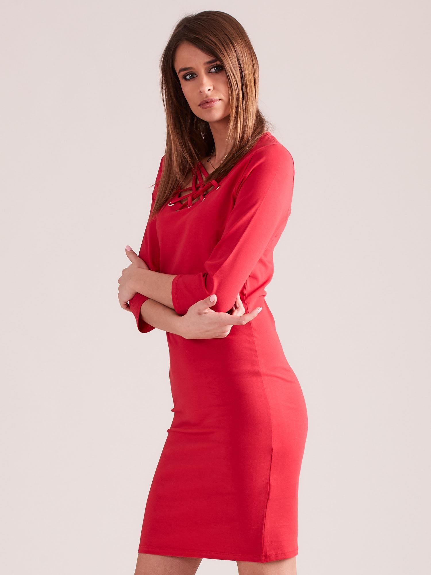 ba99e497cc 4  Czerwona dopasowana sukienka bawełniana z ozdobnym dekoltem ...