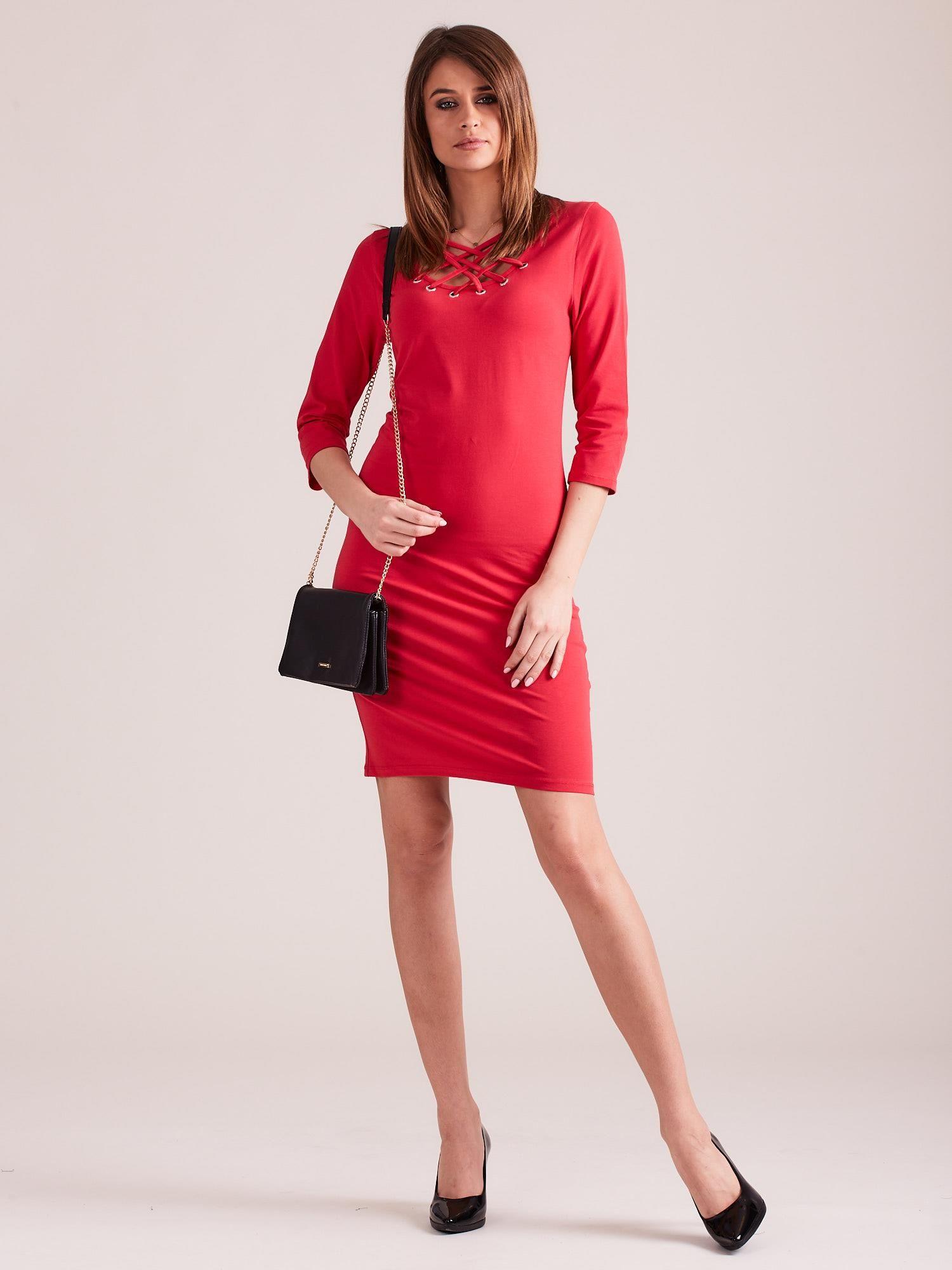 824bf39f00 3  Czerwona dopasowana sukienka bawełniana z ozdobnym dekoltem ...
