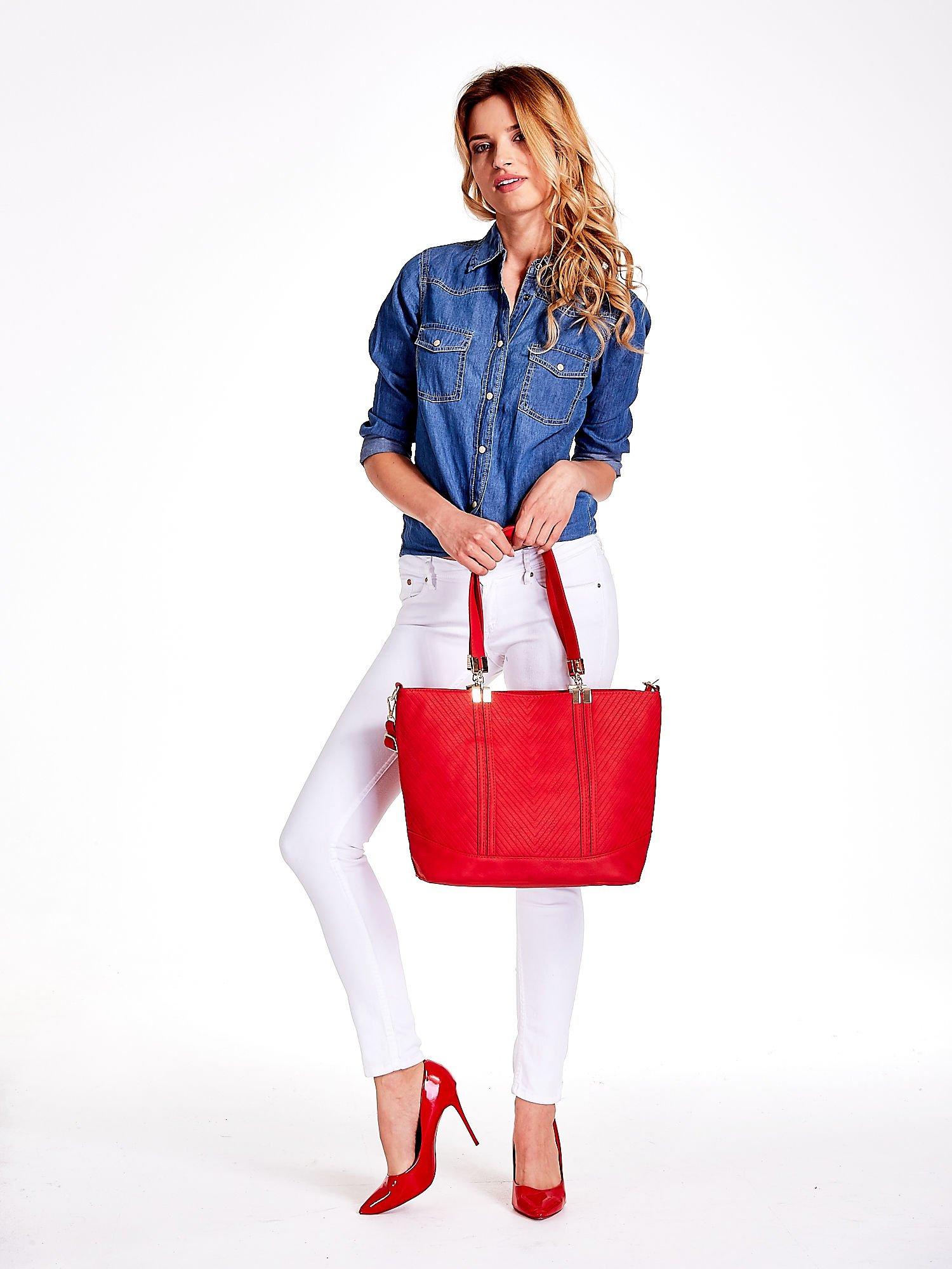 Czerwona fakturowana torebka damska ze złotymi okuciami                                  zdj.                                  2