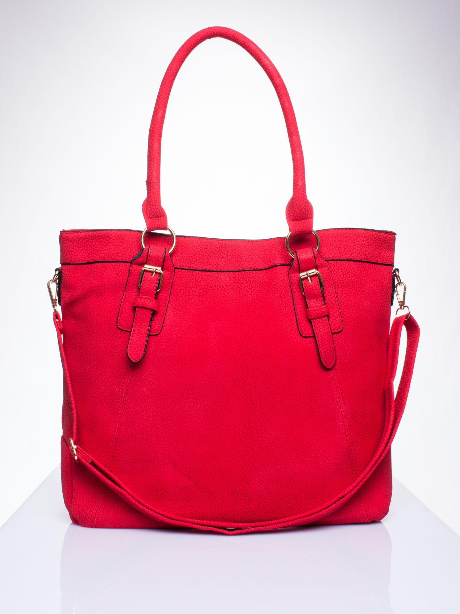 Czerwona fakturowana torebka z klamerkami                                  zdj.                                  1