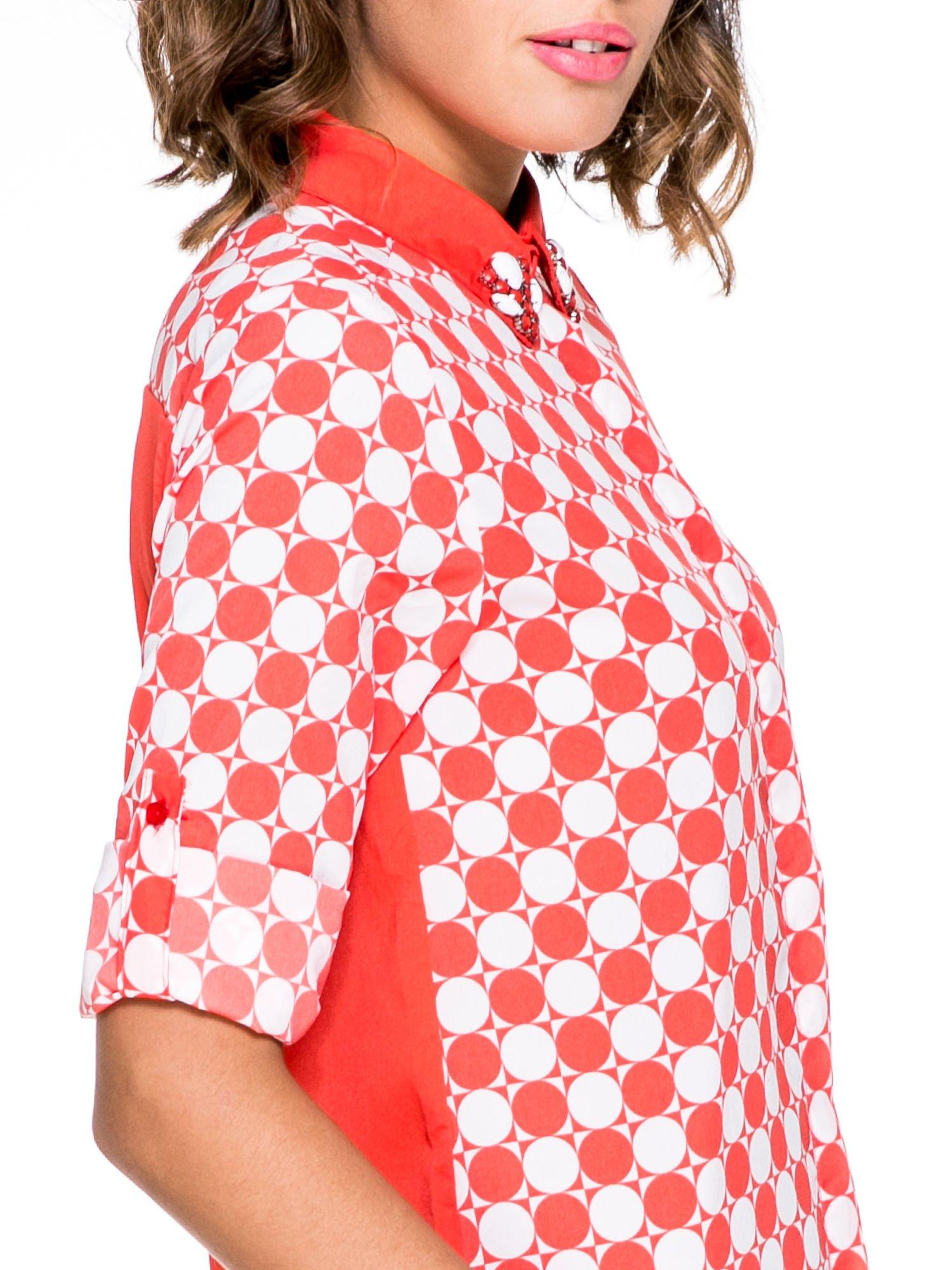 Czerwona koszula we wzór op-art z biżuteryjnym kołnierzykiem                                  zdj.                                  6