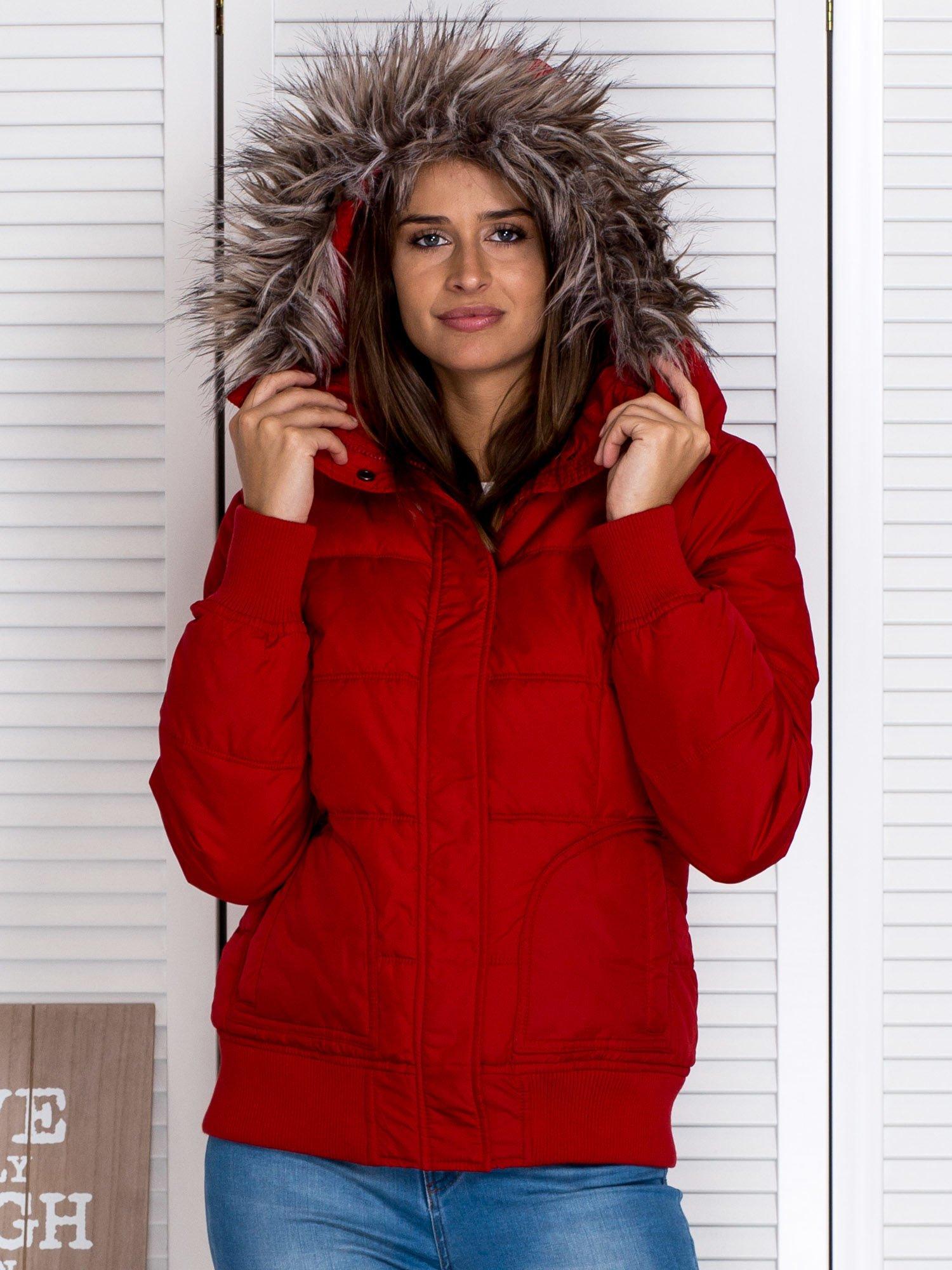 Czerwona kurtka puchowa z kapturem z futerkiem                                  zdj.                                  8