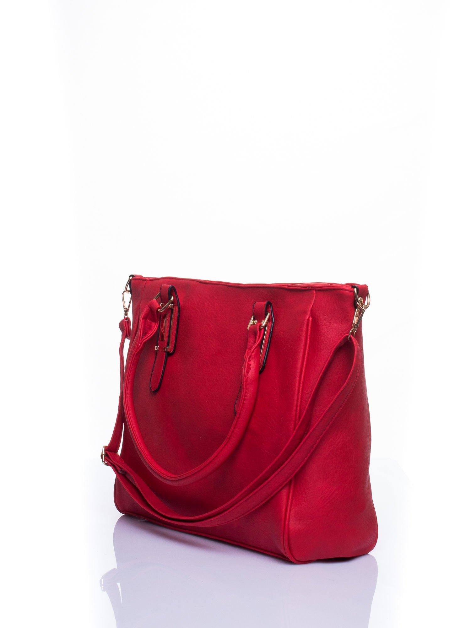 Czerwona miejska torba z ozdobnymi klamrami                                  zdj.                                  4