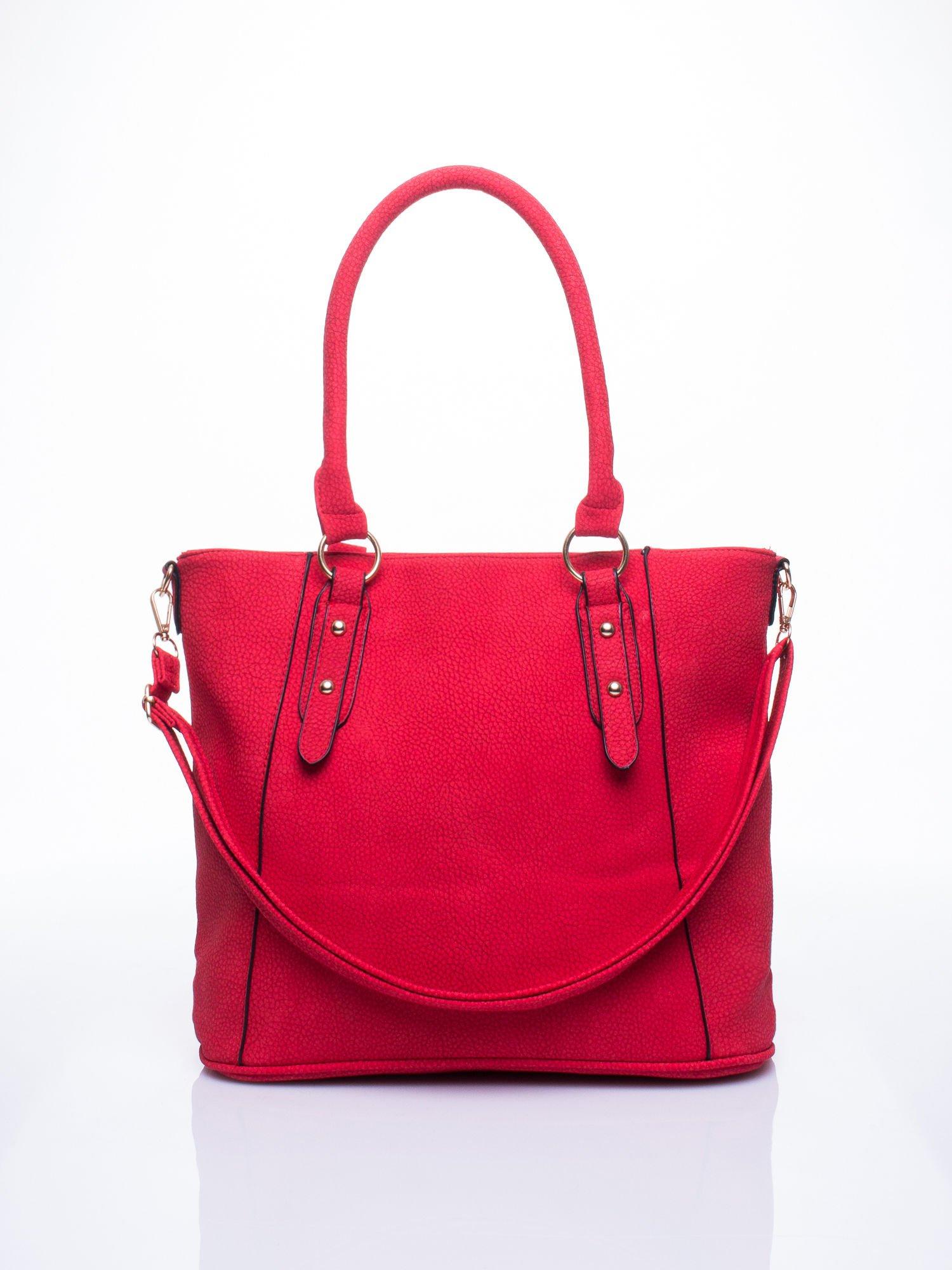 Czerwona miejska torba z ozdobnymi klamrami                                  zdj.                                  1